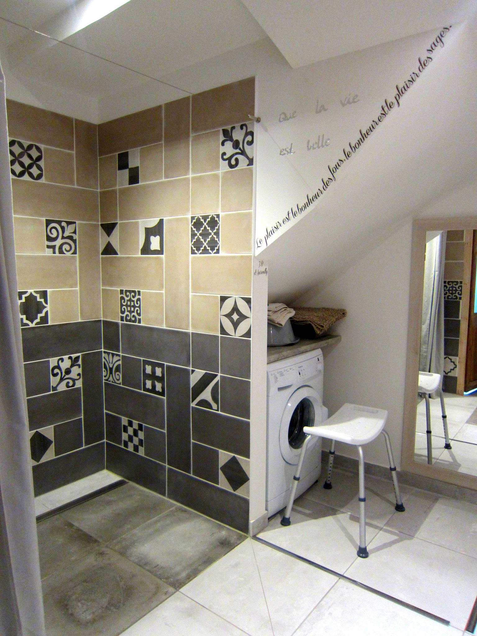 Salle d'eau et wc accessibles Rez de chaussée - accessible avec lave linge -  Gîte La Grange  - Gites du Maréchat à Cabariot