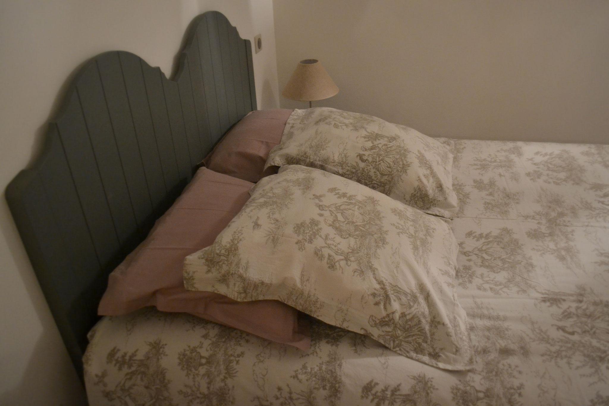 Etage Chambre 2 - lit double 140*190 cm et lit bébé - rangement et armoire -  Gîte La Grange  - Gites du Maréchat à Cabariot
