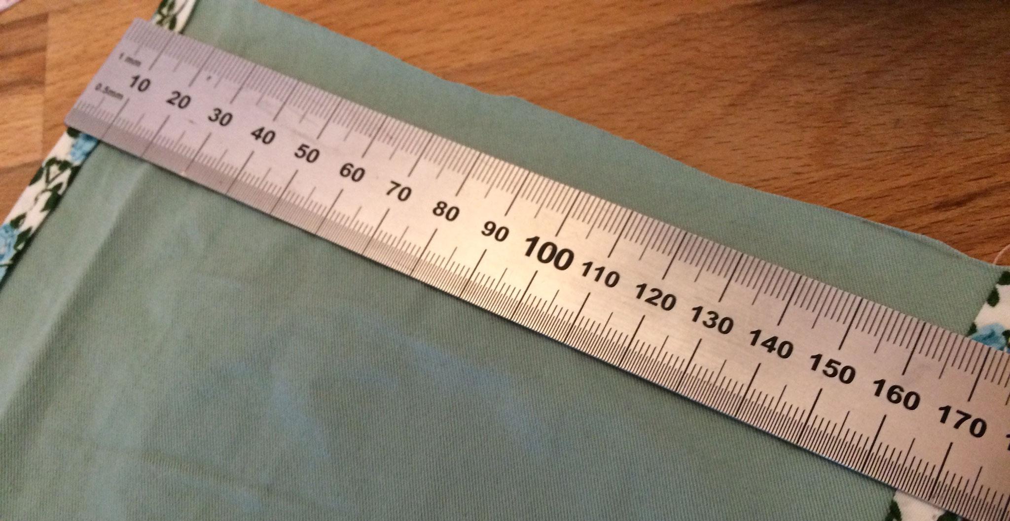 Anschließend messt ihr die lange Seite noch einmal aus und markiert die Mitte - jeweils auf beiden Seiten.