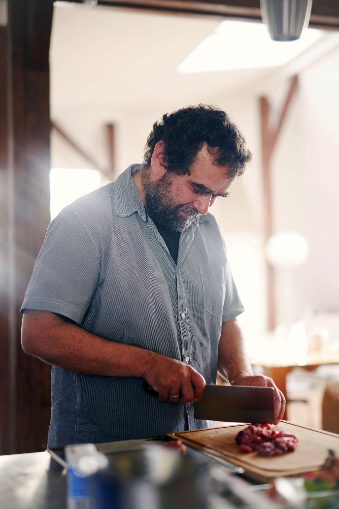 Vijay Sapre beim Kochen in der Redaktionsküche