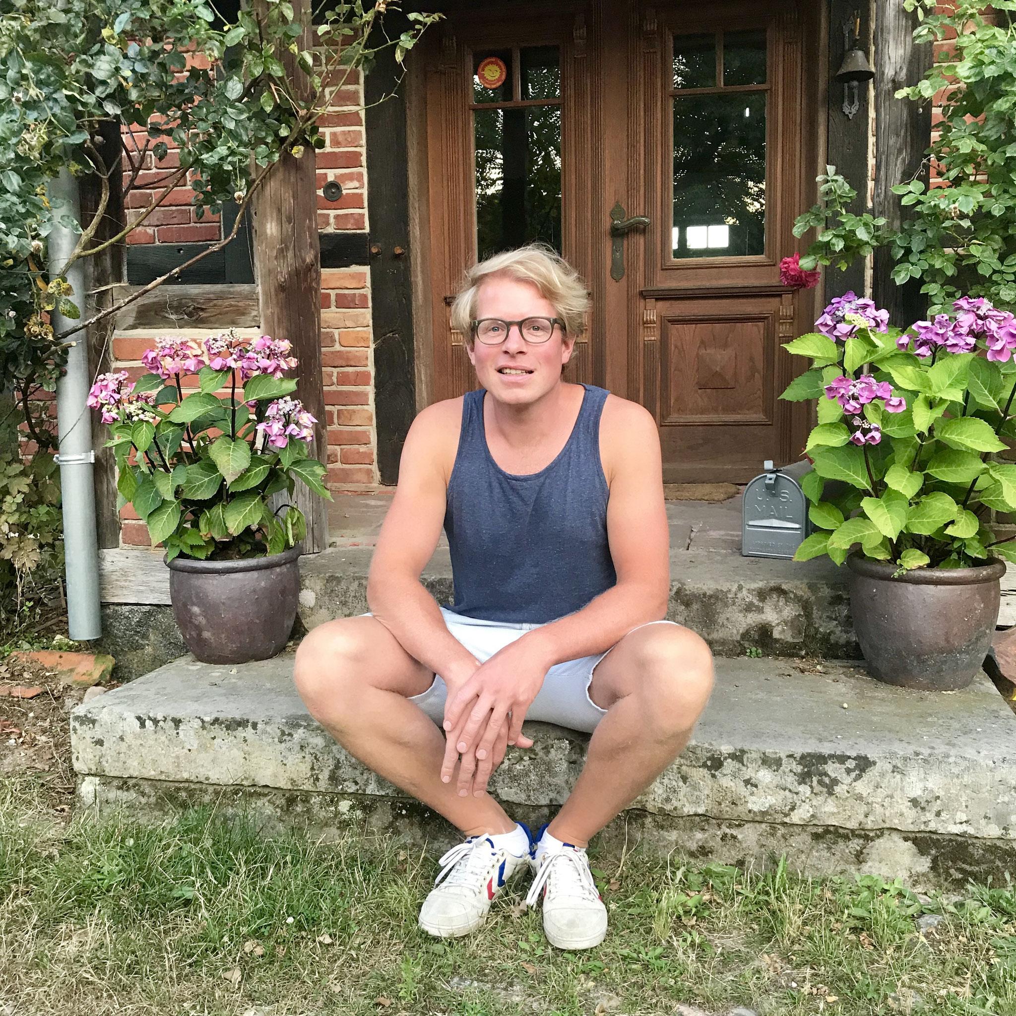 Lars Odefey (Odefey & Töchter) vor seinem Hofgebäude