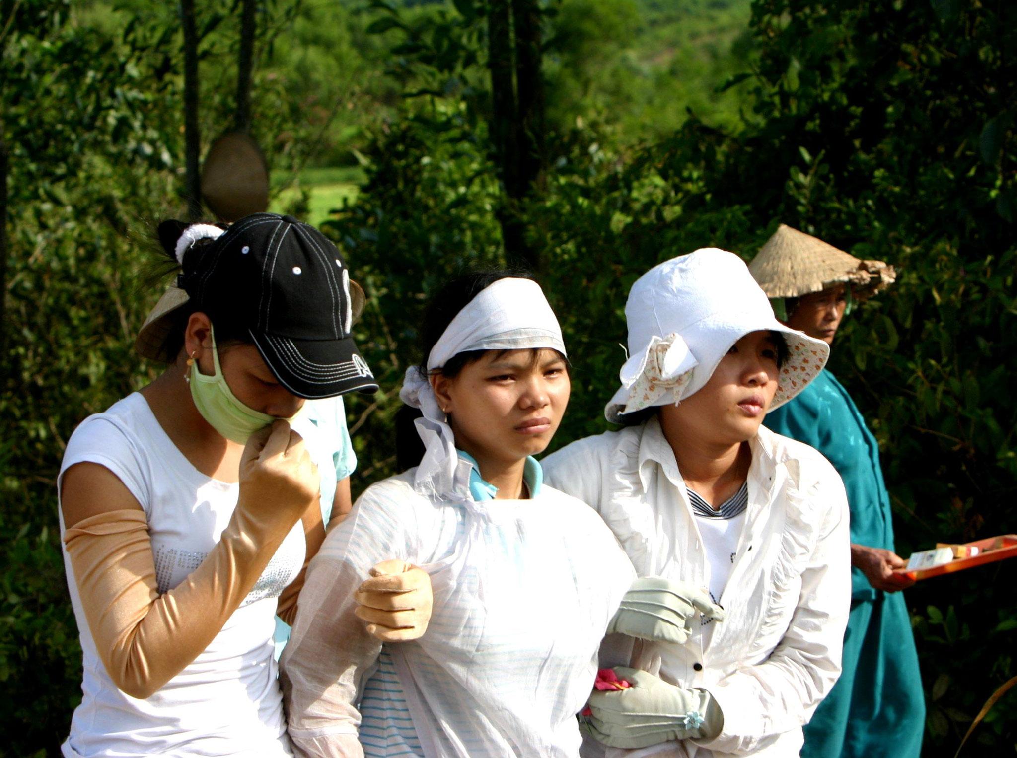 Schwester Thuyen, gestützt von ihren Freundinnen.  Am Tag der Beerdigung hat sie ihr Abitur geschrieben - und bestanden.