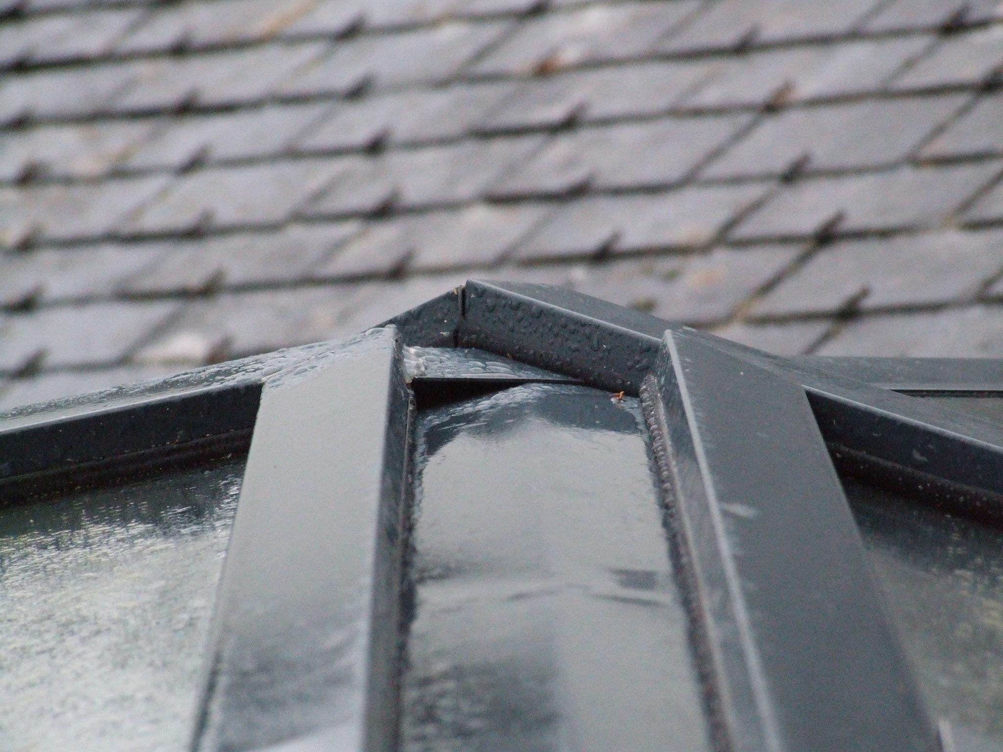 joint extérieur entre chevron et arbalétrier au faitage : ouvert + prise au vent = infiltration inévitable