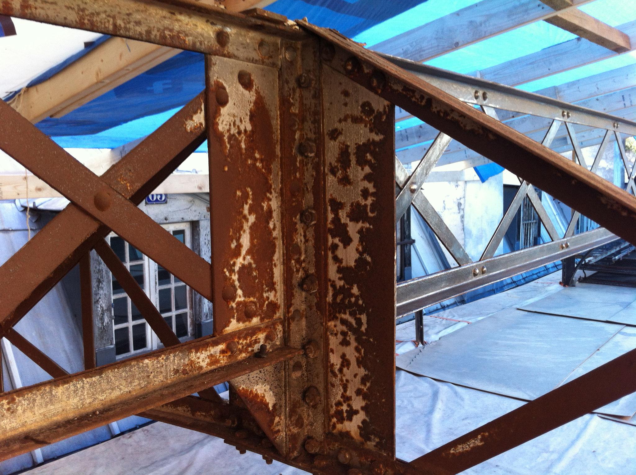 Faitage de la charpente métallique du passage Choiseul : jonction ferme en cours de restauration