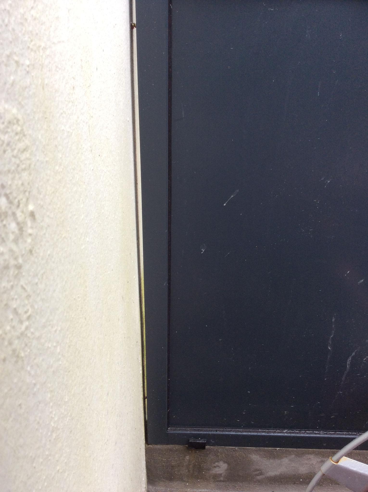 joint ouvert entre montant et mur