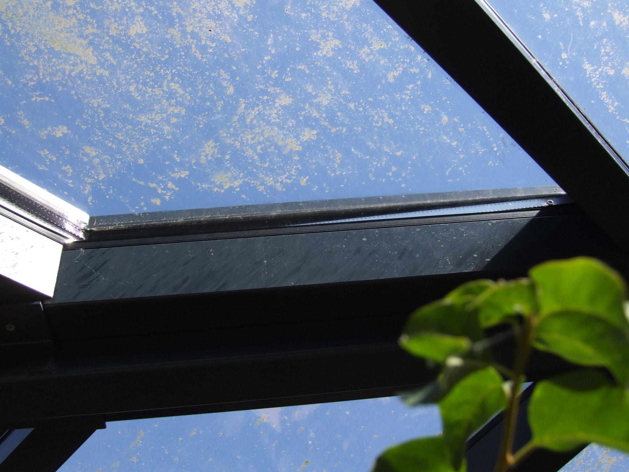 géométrie de verre et de structure discordante : non coordination ou erreur (épure au sol ne tenant pas compte d'une pente !?)