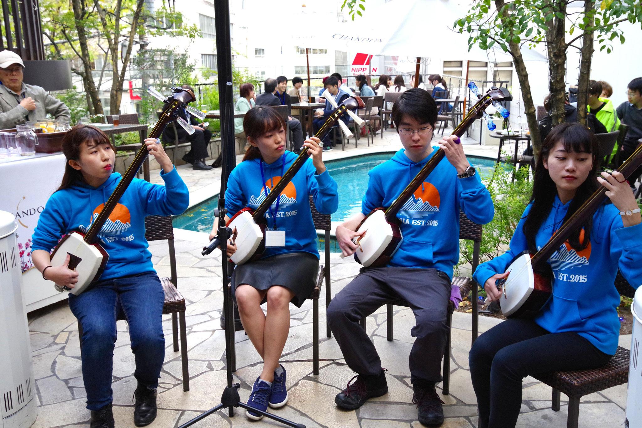 国際校先輩率いる「津軽三味線集団 弦音巴(おとは)」による演奏