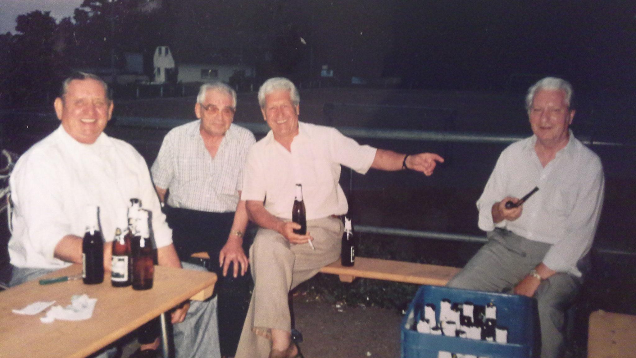 Ehrenmitglieder und ehemalige Fussballer der TuS - Glauben Klaus, Haupert ..., Amann Leonhard und Amann Adolf / 1990er Jahre
