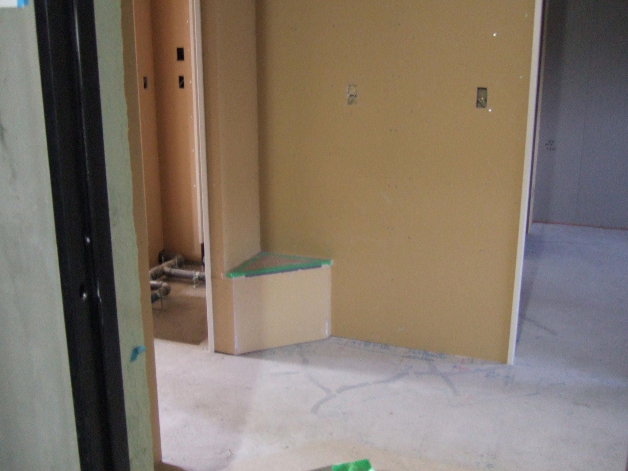 下地にボードが貼られると、もうほとんど「部屋」!
