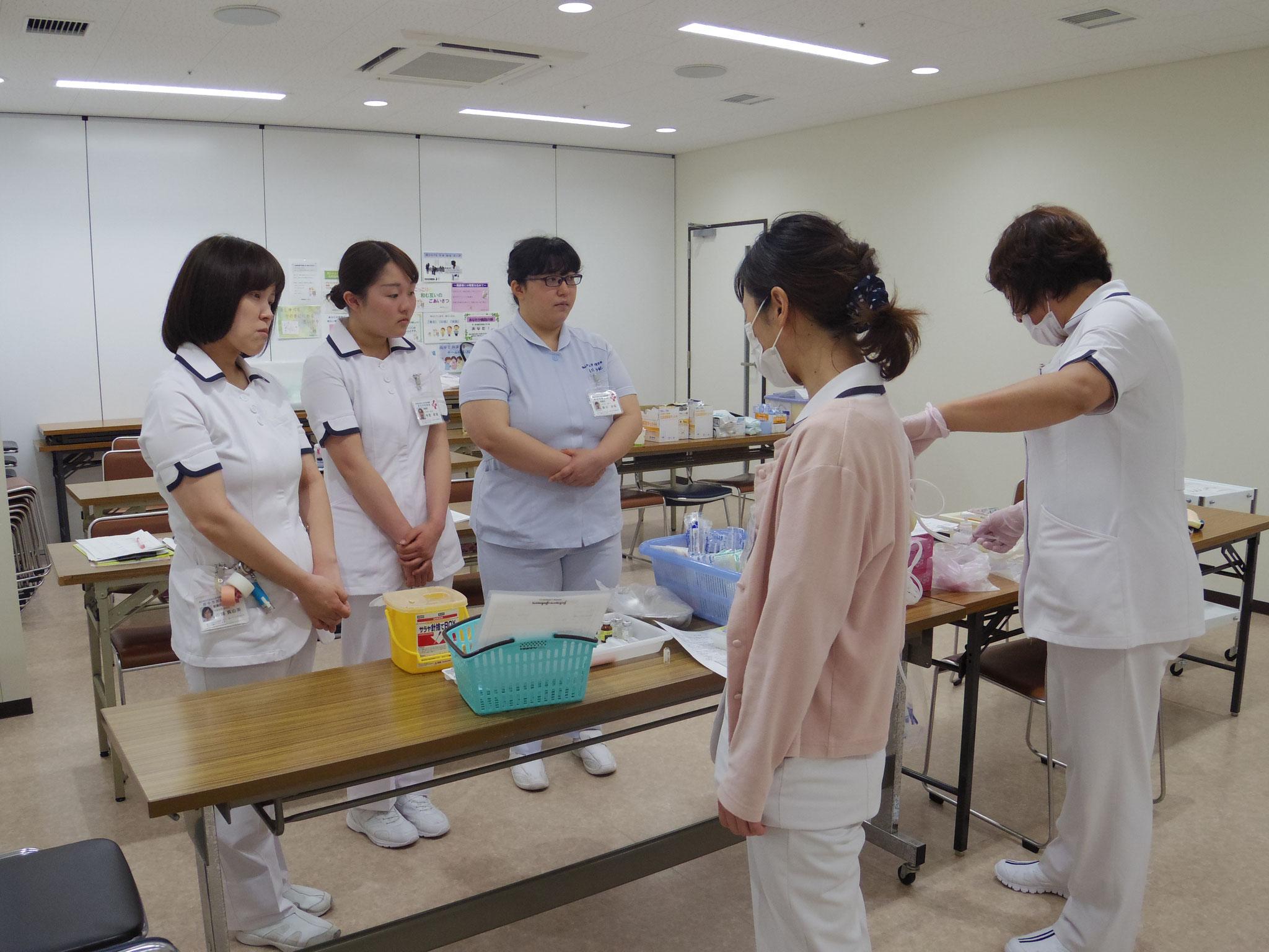 【新採用看護師研修】注射についてまず先輩から説明。見るだけでもドキドキ
