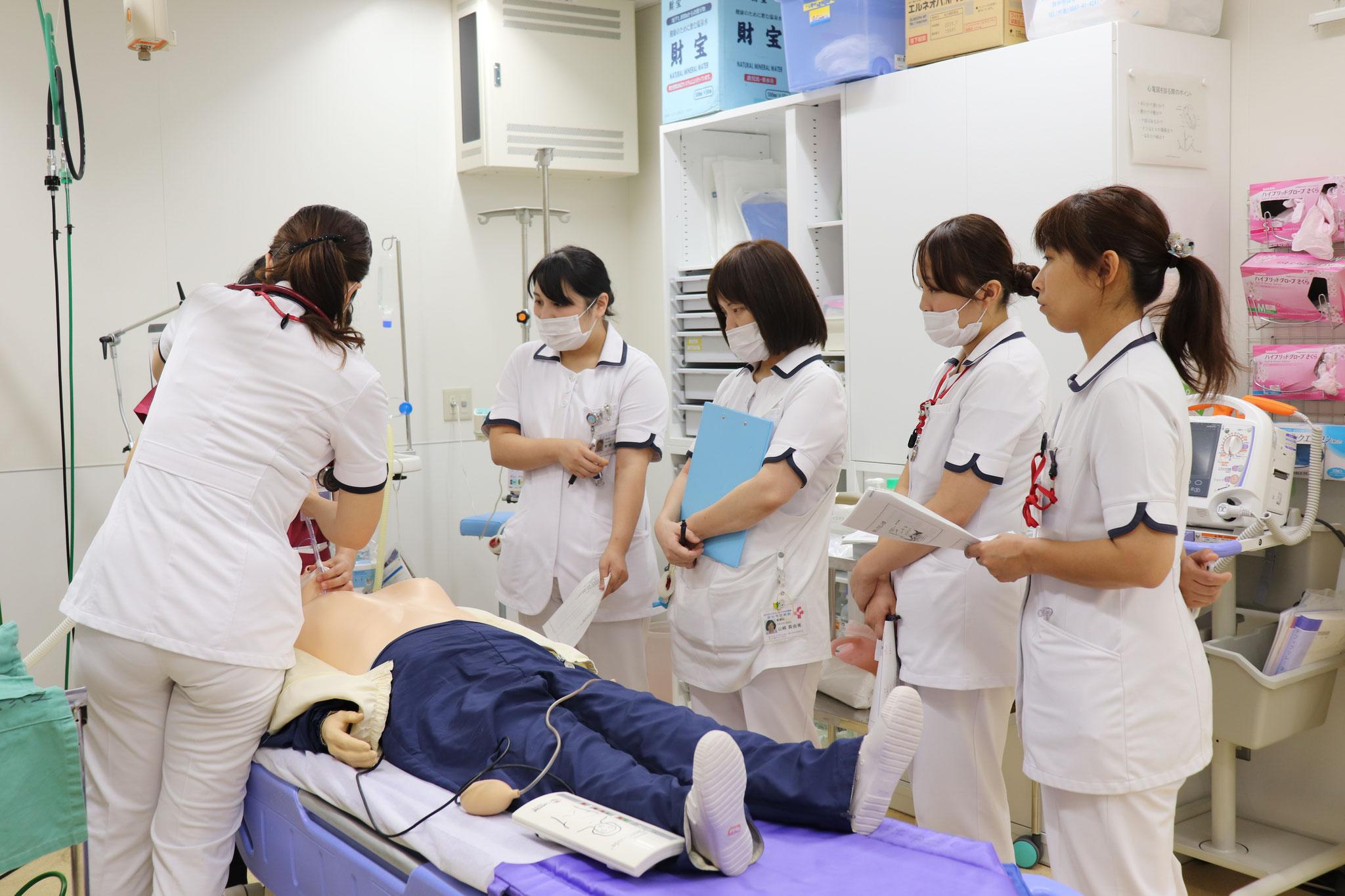 【新採用看護師研修】先輩の技術を見て覚えます