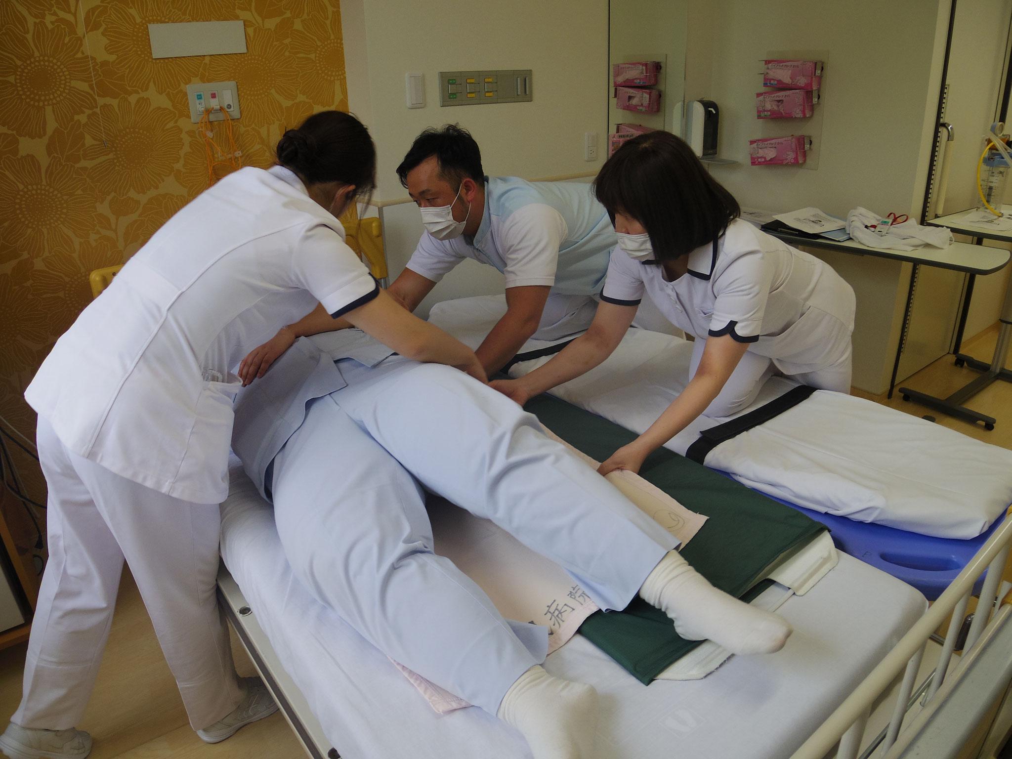 【新採用看護師研修】移乗・体転は、介護福祉士のスタッフから教わります