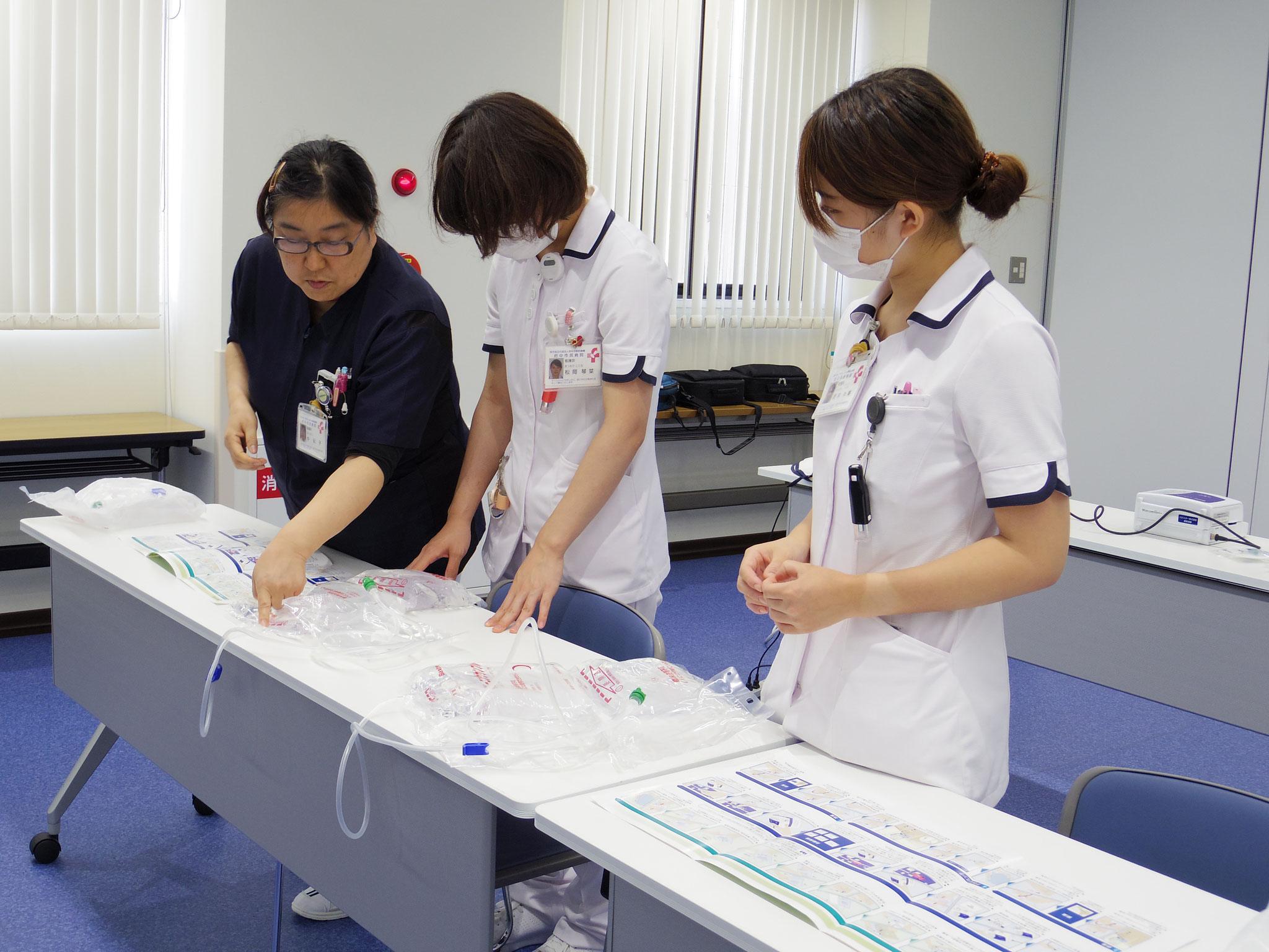 【2年目看護師研修】腹膜透析講習のようす