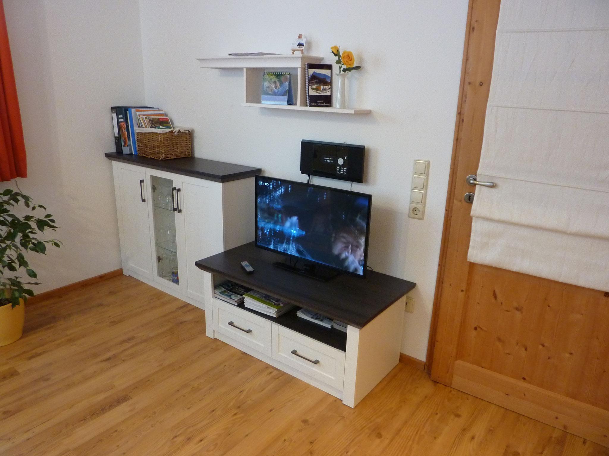 Wohnwand mit TV und Stereoanlage