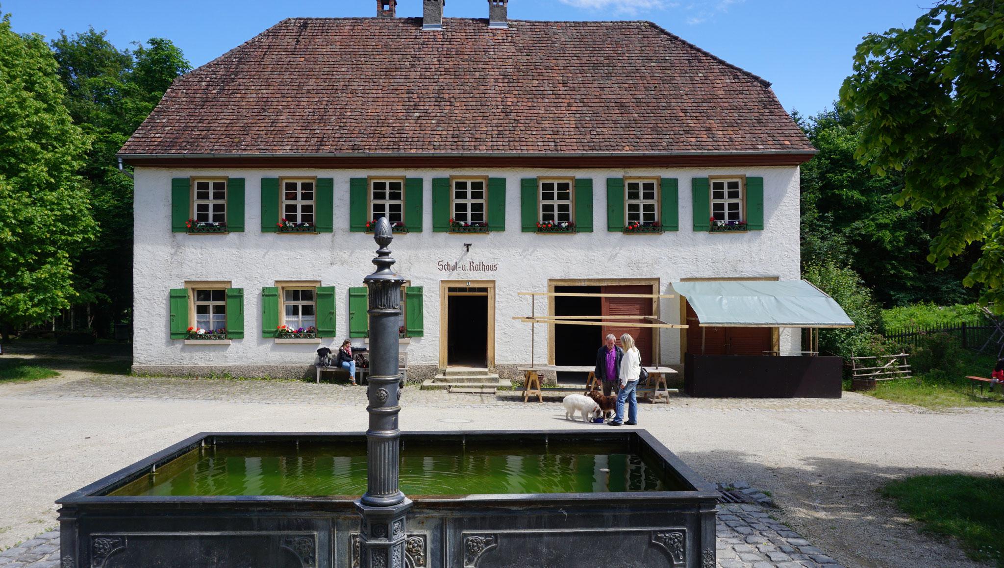 Rathaus und Schule