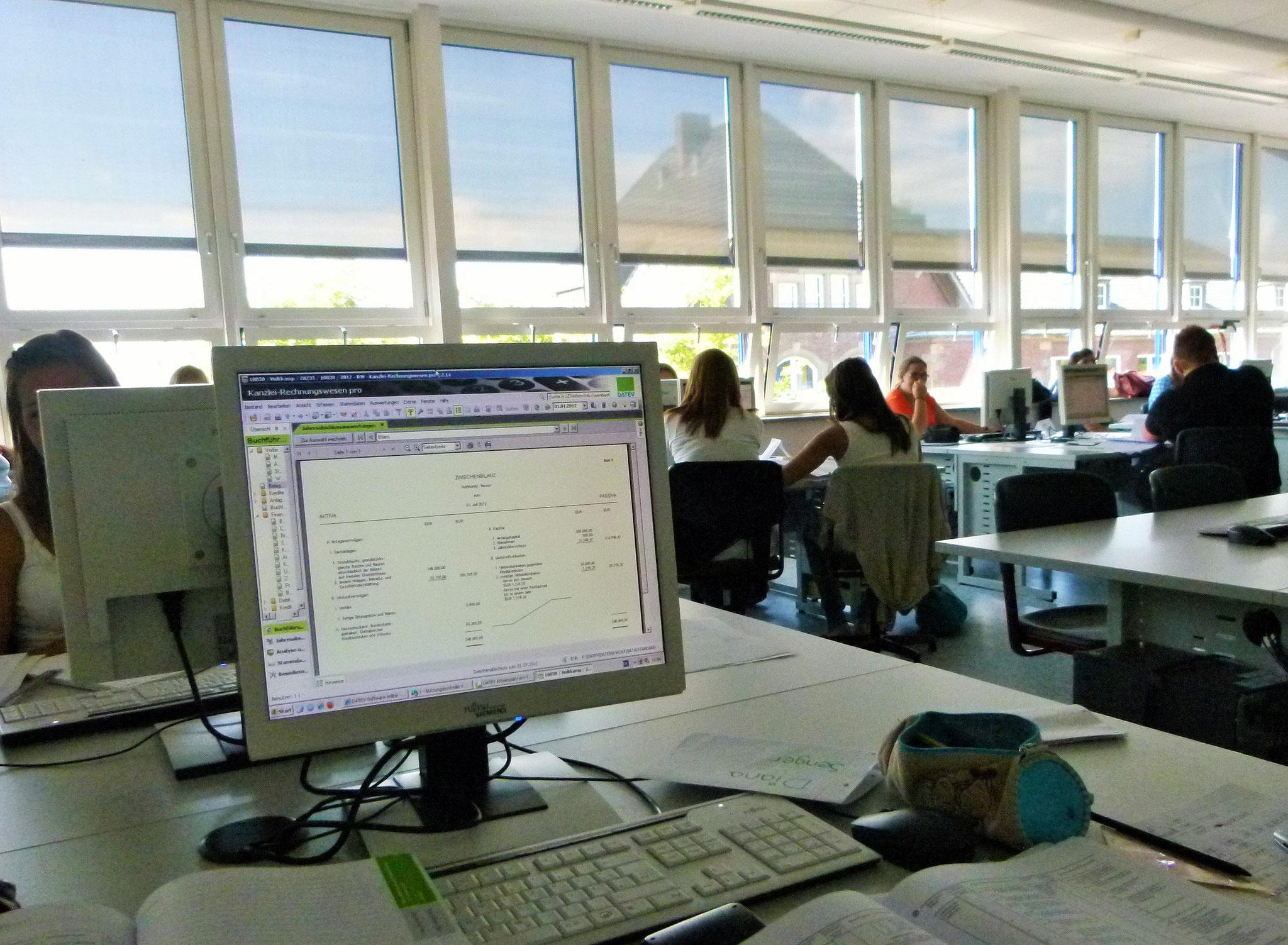 Moderne Ausstattung mit 24 PC-Räumen; alle Schülerinnen und Schüler erhalten einen kostenlosen Office 365 Zugang für die Zeit ihres Schulbesuchs und können den staatlichen EDV-Führerschein NRW erwerben