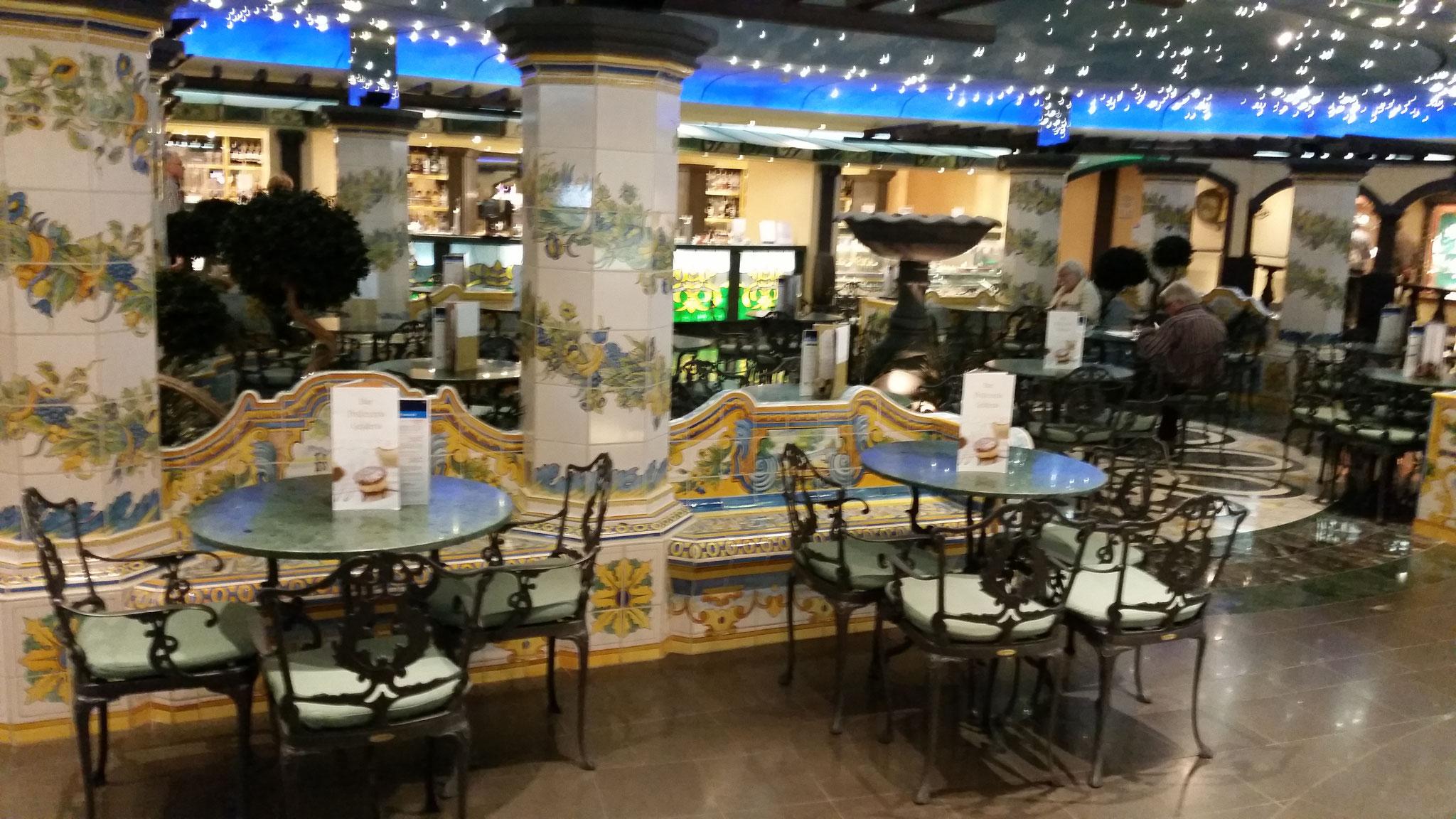 Das La Piazzetta mit Cafe und Shoppingmöglichkeiten