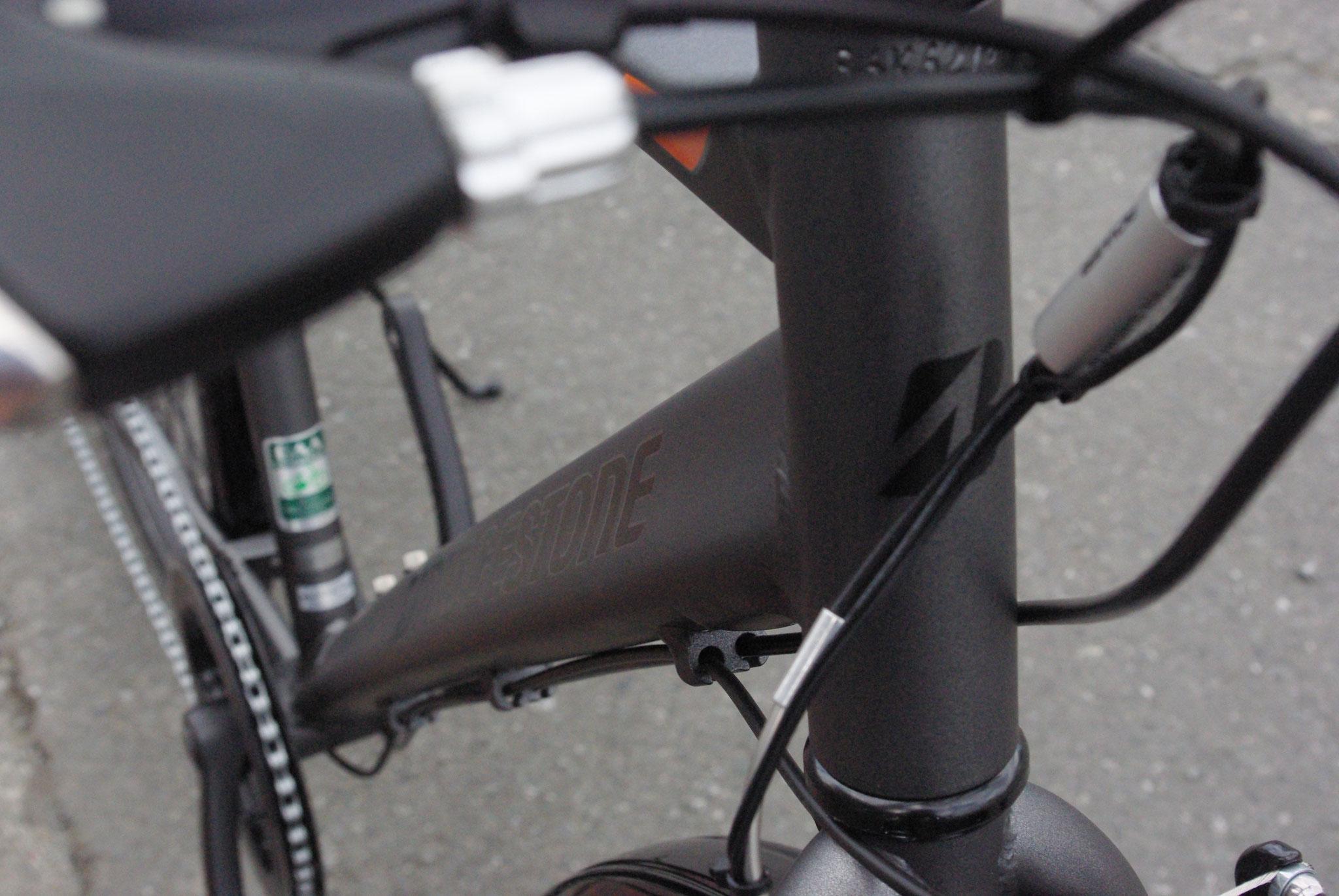 スポーツバイクに多く採用されているアルミニウム製フレーム。TIG溶接とよばれる製法で、軽量かつ堅牢なつくりです。