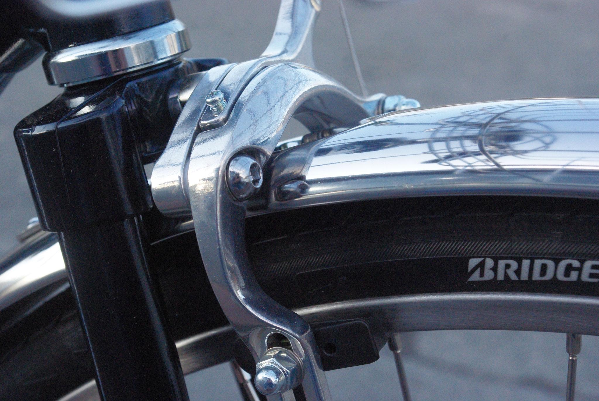 軽いタッチで制動力バツグン!スポーツバイクにも採用される『デュアルピボットブレーキ』