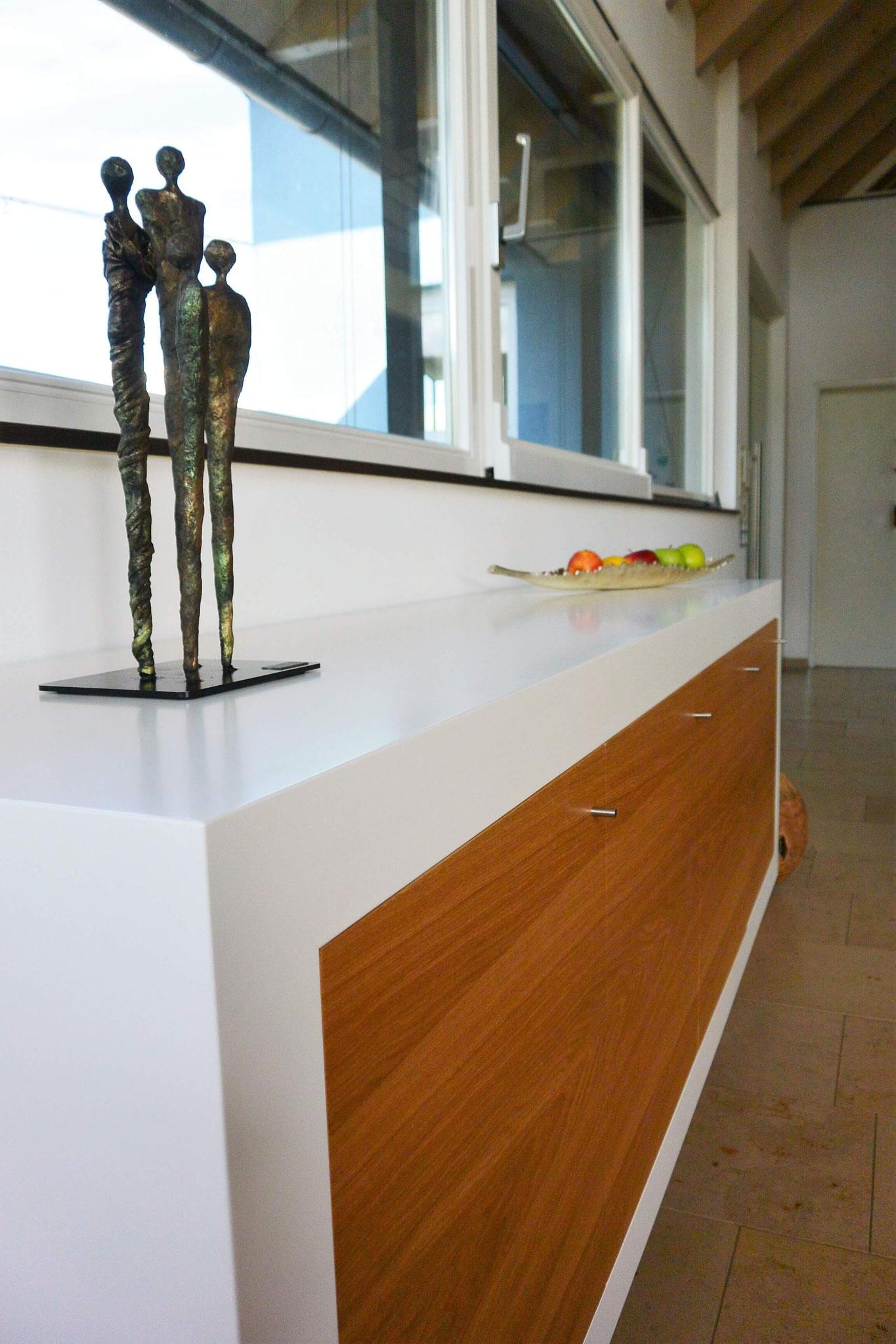 flächenbündige Eichte furninierte Fronten, Sideboard wandhängend, Sideboard weiß lackiert mit Eiche furnierten Fronten