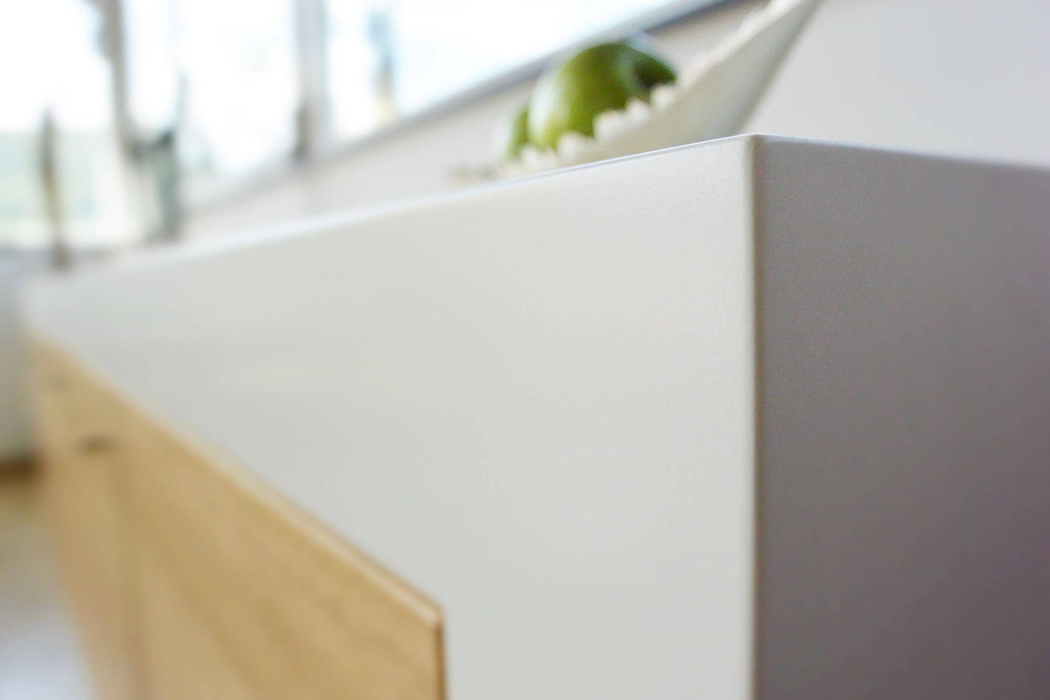 Auf Gehrung gefertigtes Sideboard, Sideboard wandhängend, Sideboard weiß lackiert mit Eiche furnierten Fronten
