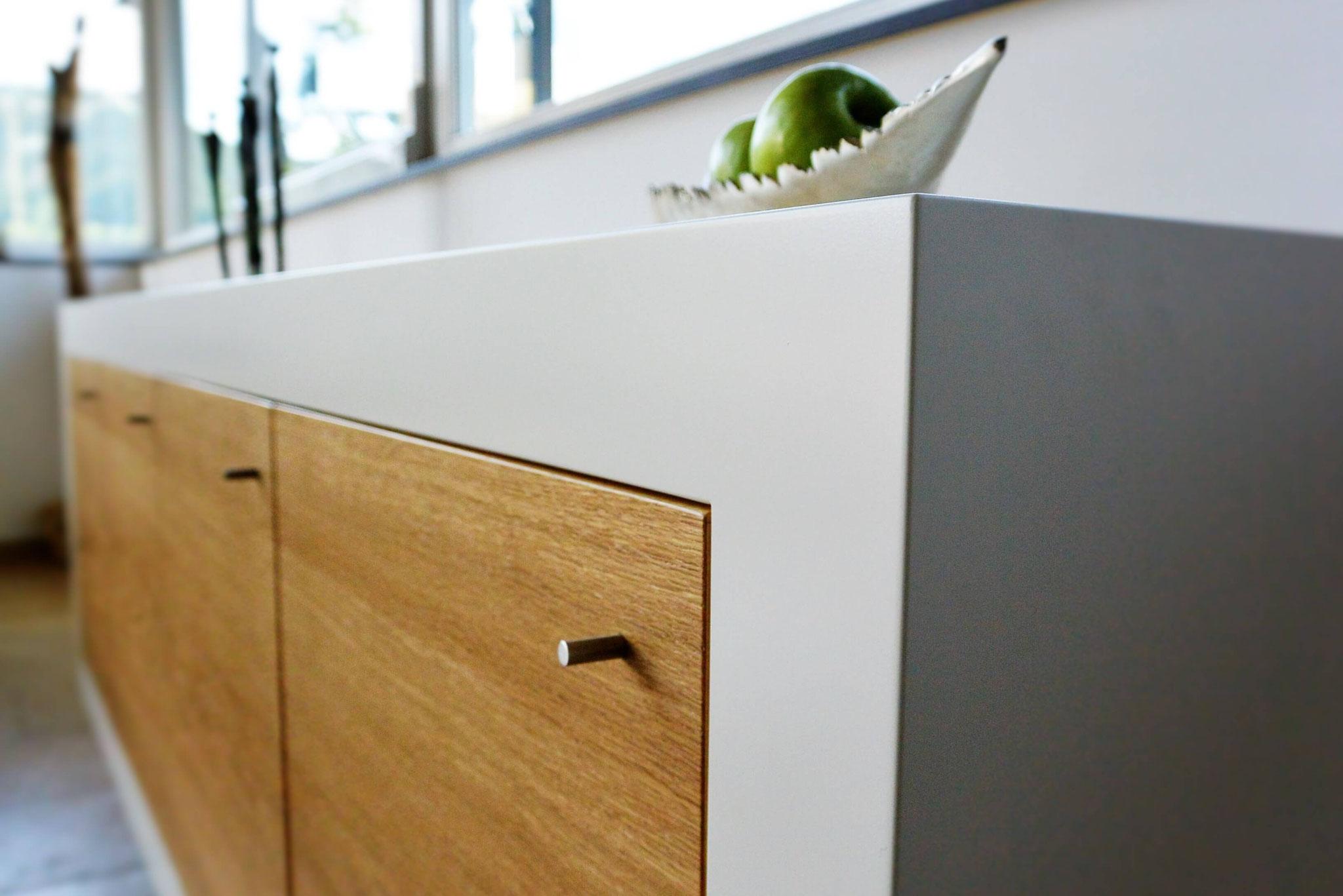 Sideboard wandhängend, Lowboard weiß lackiert mit Eiche furnierten Fronten