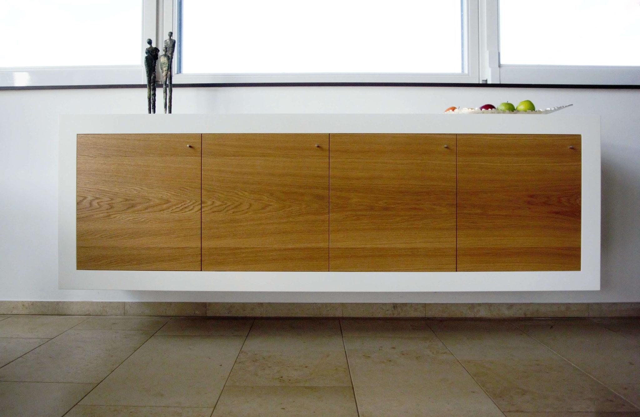 Möbel nach Maß, Sideboard in weiß lackiert mit Eiche furnierten Fronten