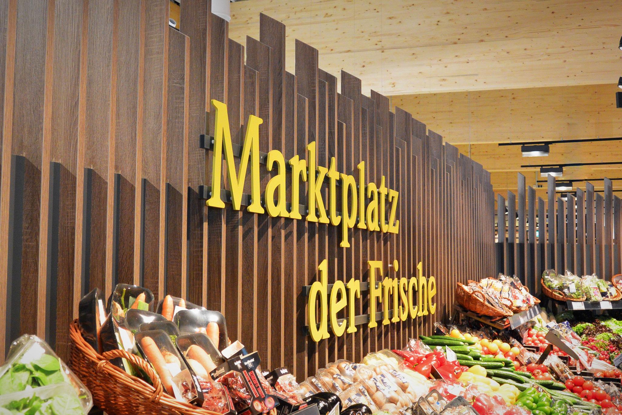 Ladenbau für Obst- und Gemüseabteilung mit einer Holzpaneel-Wandgestaltung, Ladeneinrichtung Obst- u. Gemüseabteilung mit Holzdpaneel, Raumgestaltung Ladenbau