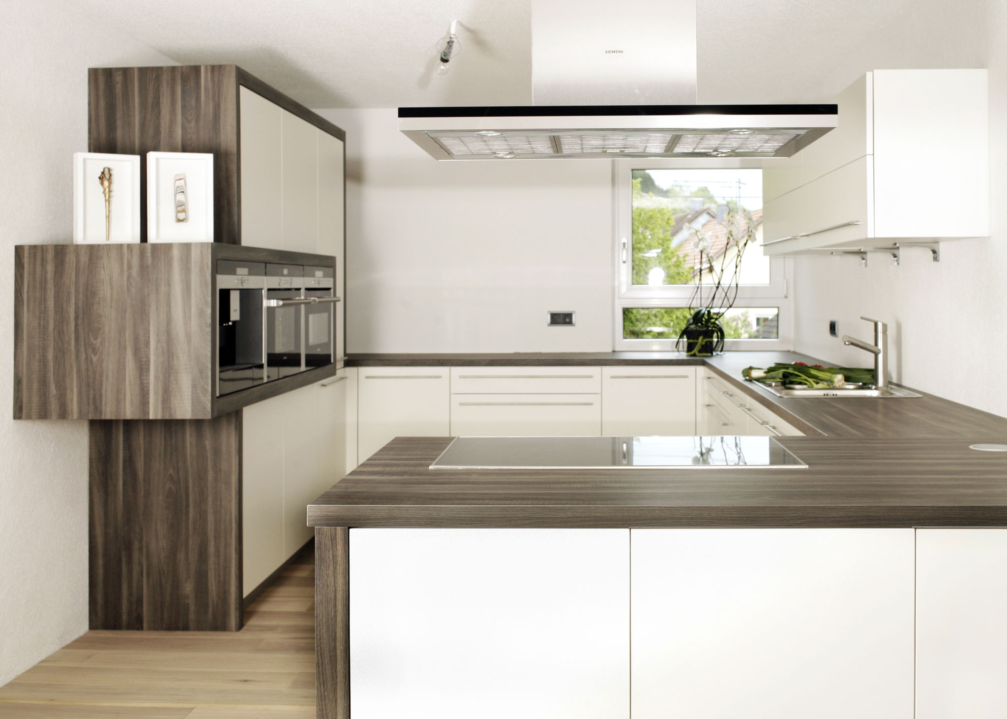 Einbauküche in matt weiß und Holzoptik, mit Geräteblock für Kaffeemaschine, Backofen und Dampfgarer