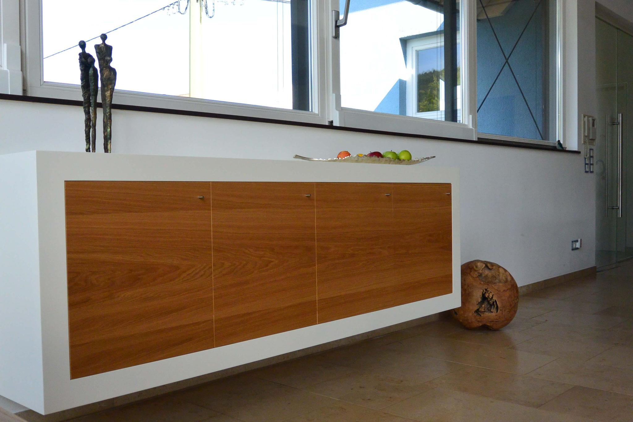 Sideboard wandhängend, Sideboard weiß lackiert mit Eiche furnierten Fronten