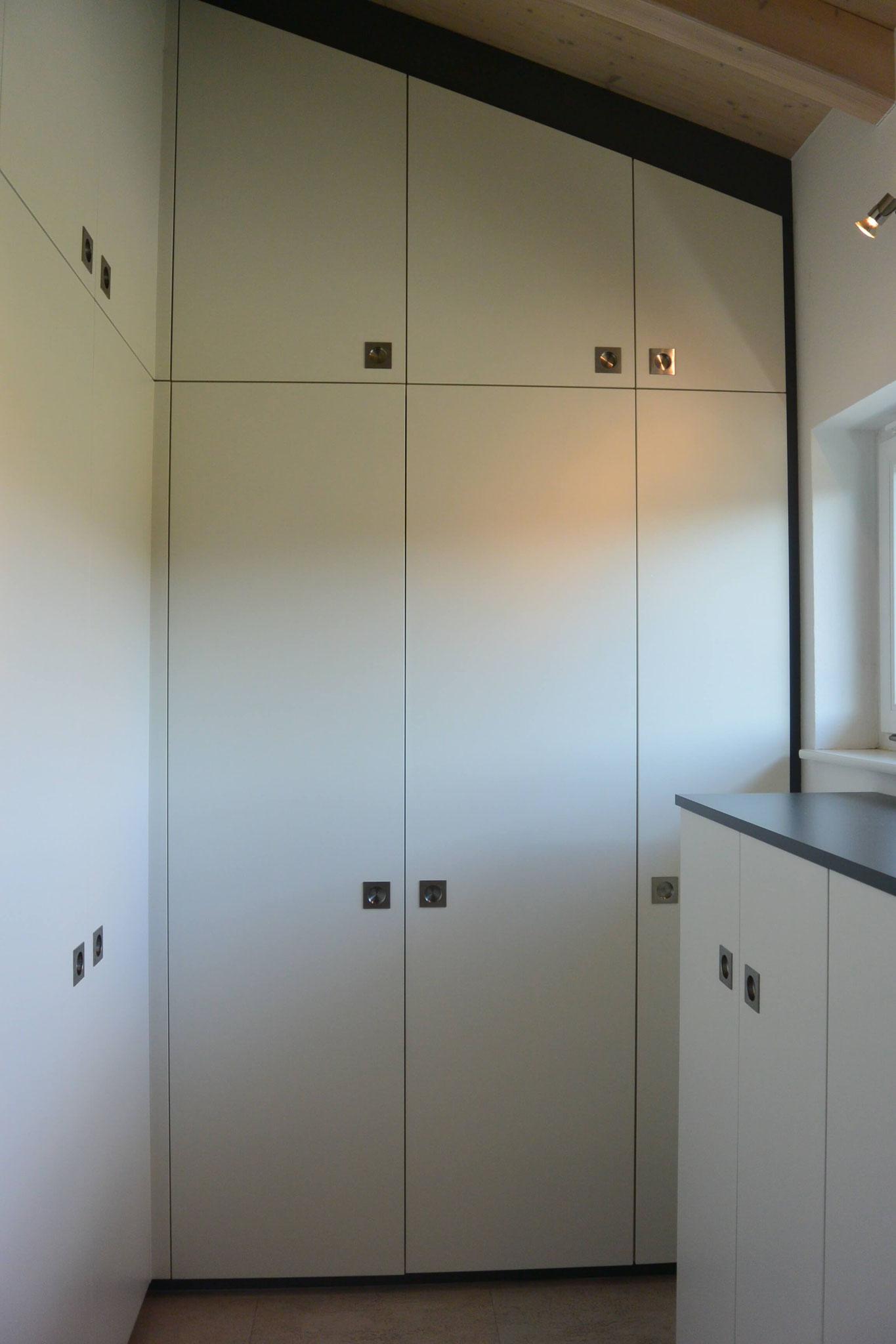 Ankleide mit geschlossenen Schrank-Türen