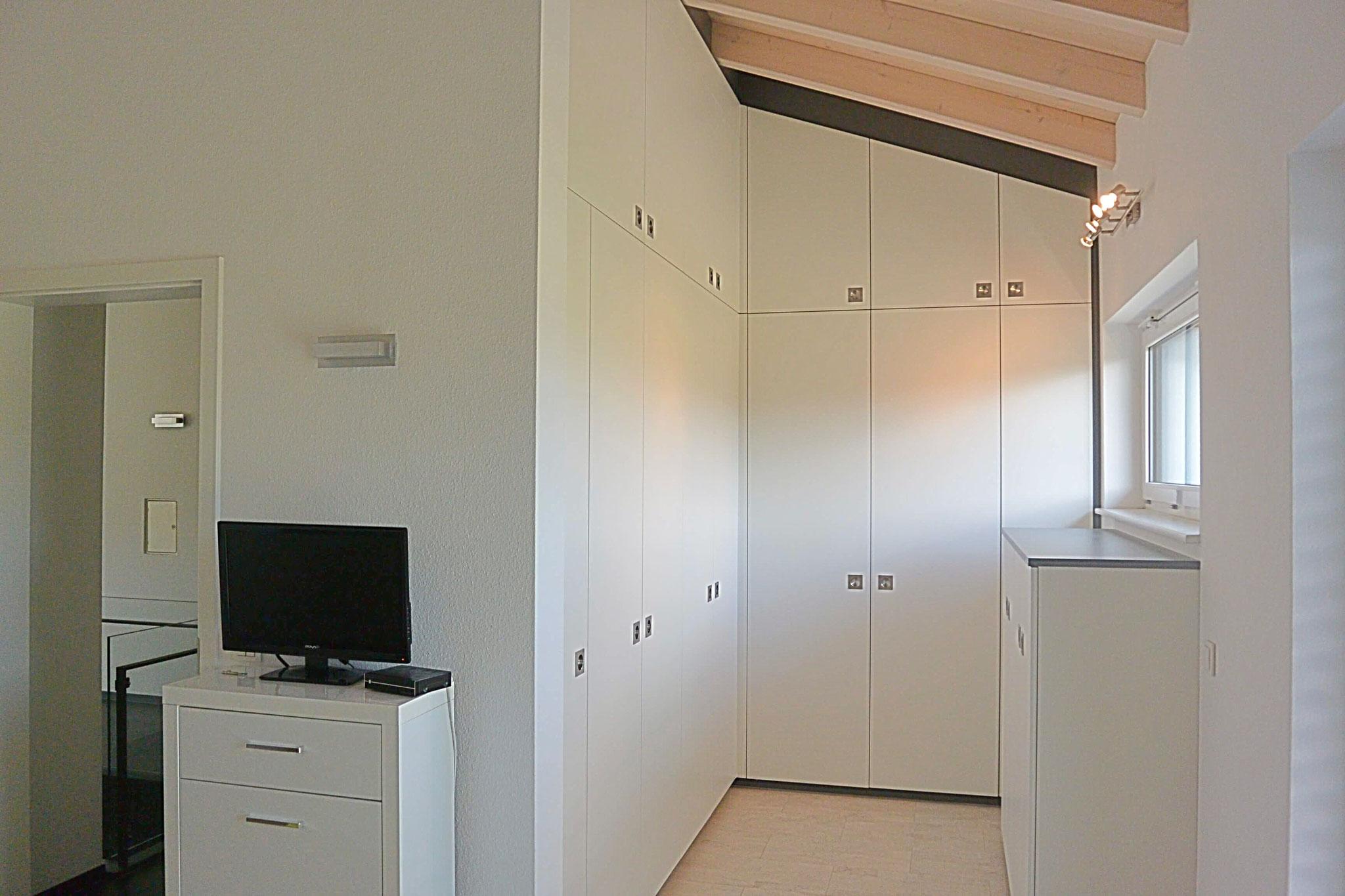 Bezaubernd Ankleidezimmer Dachschräge Dekoration Von Begehbarer Kleiderschrank In Weiß Mit Anthraziter Umrandung