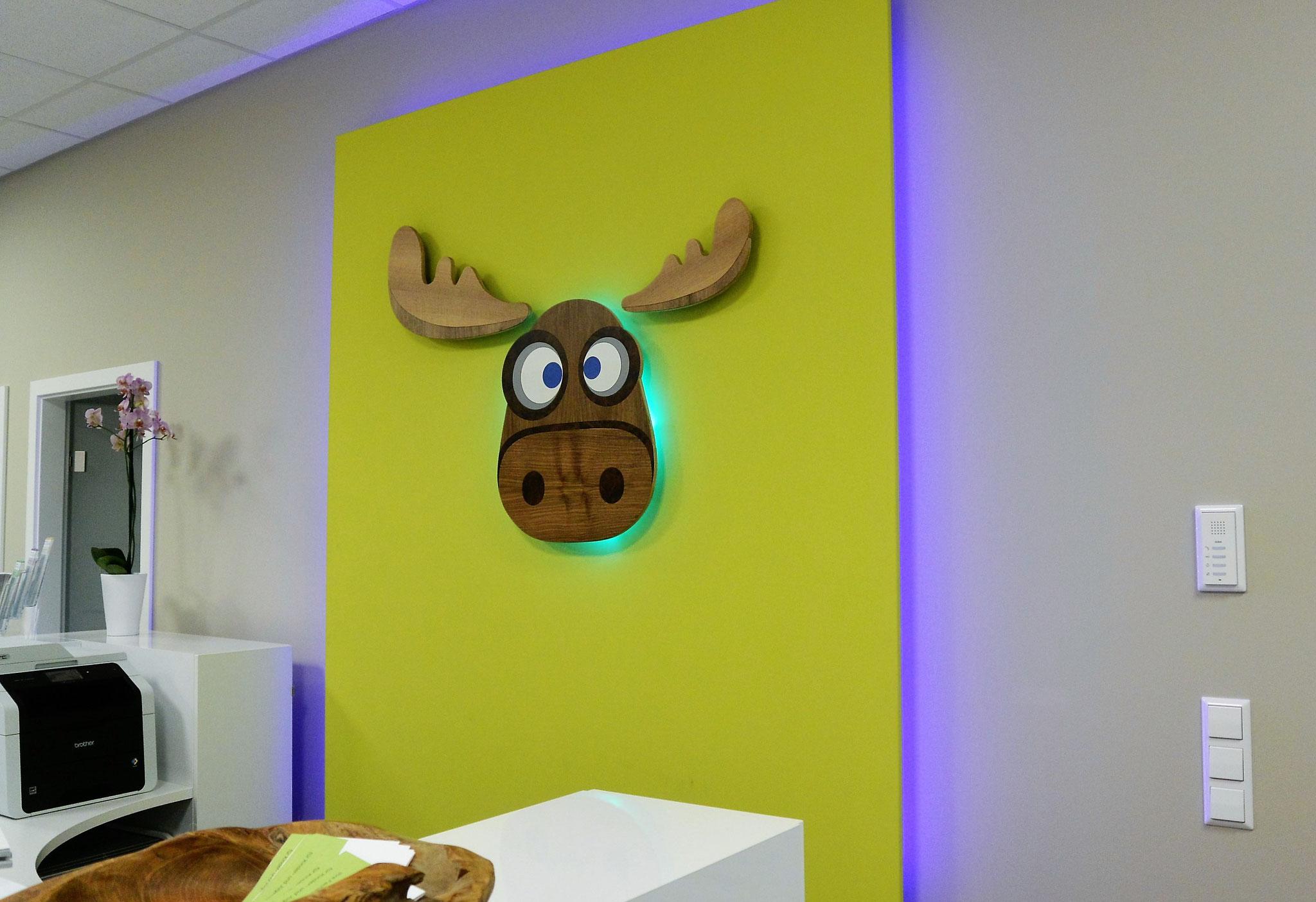 """Indirekte Beleuchtung setzt das Logo """"Elchkopf"""" in Szene"""