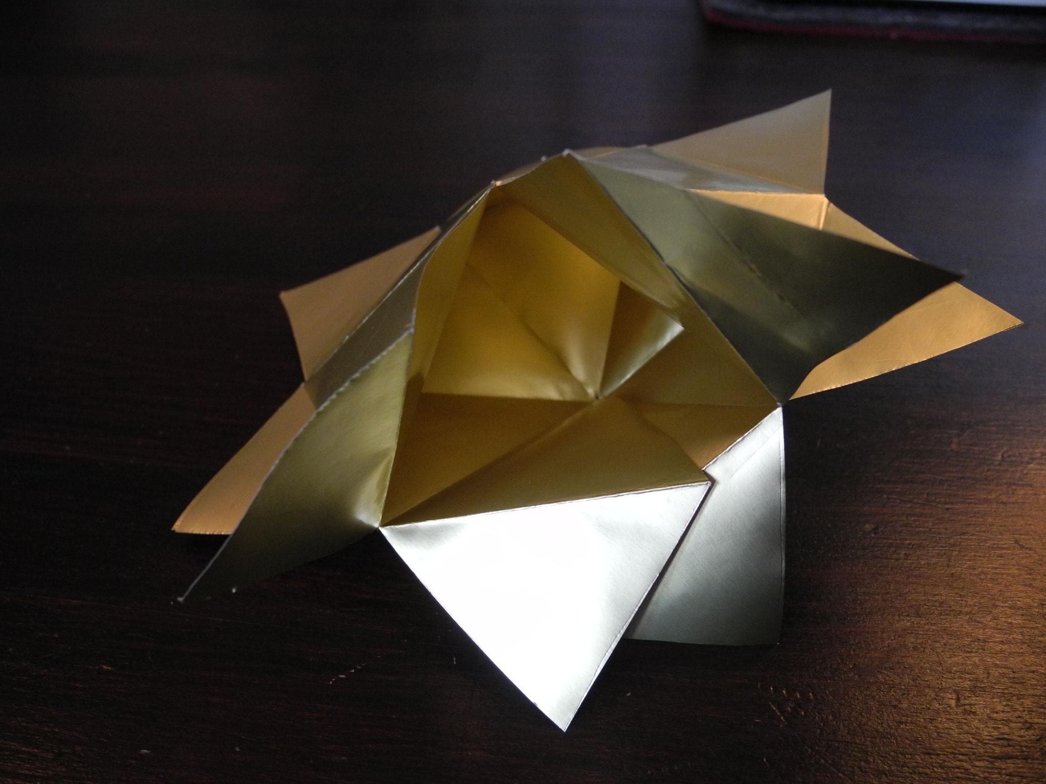 Vier Zacken die nun übereinander liegen können als Öffnung zum Befüllen dienen