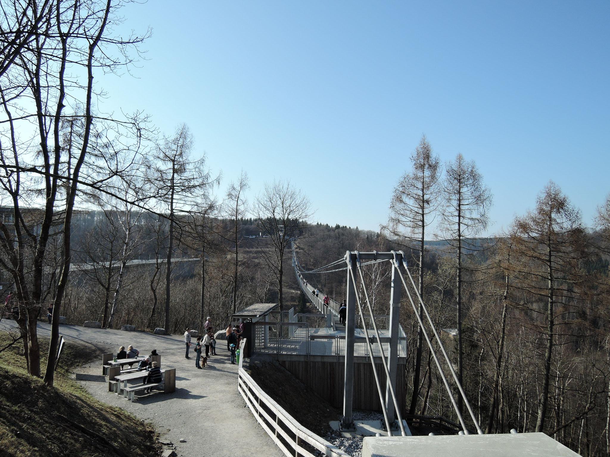 Seilhängebrücke 458m lang, ca. 9 km entfernt