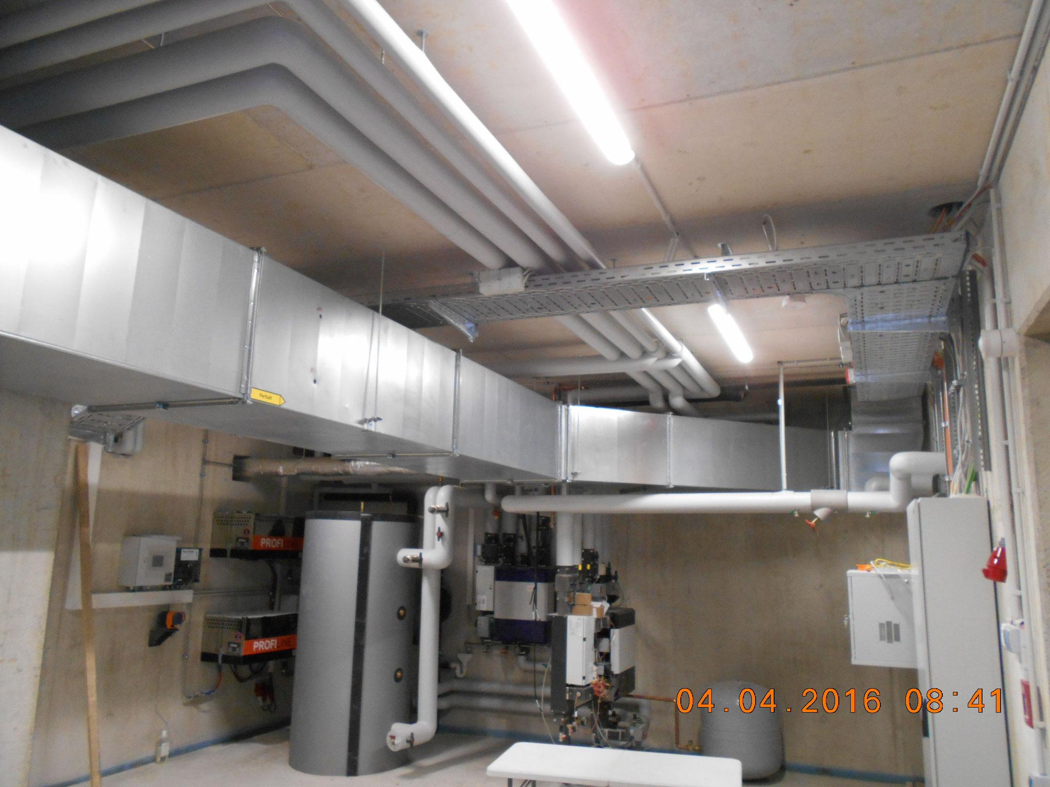 Technikraum mit Fernwärmeübergabestation und Verteilung