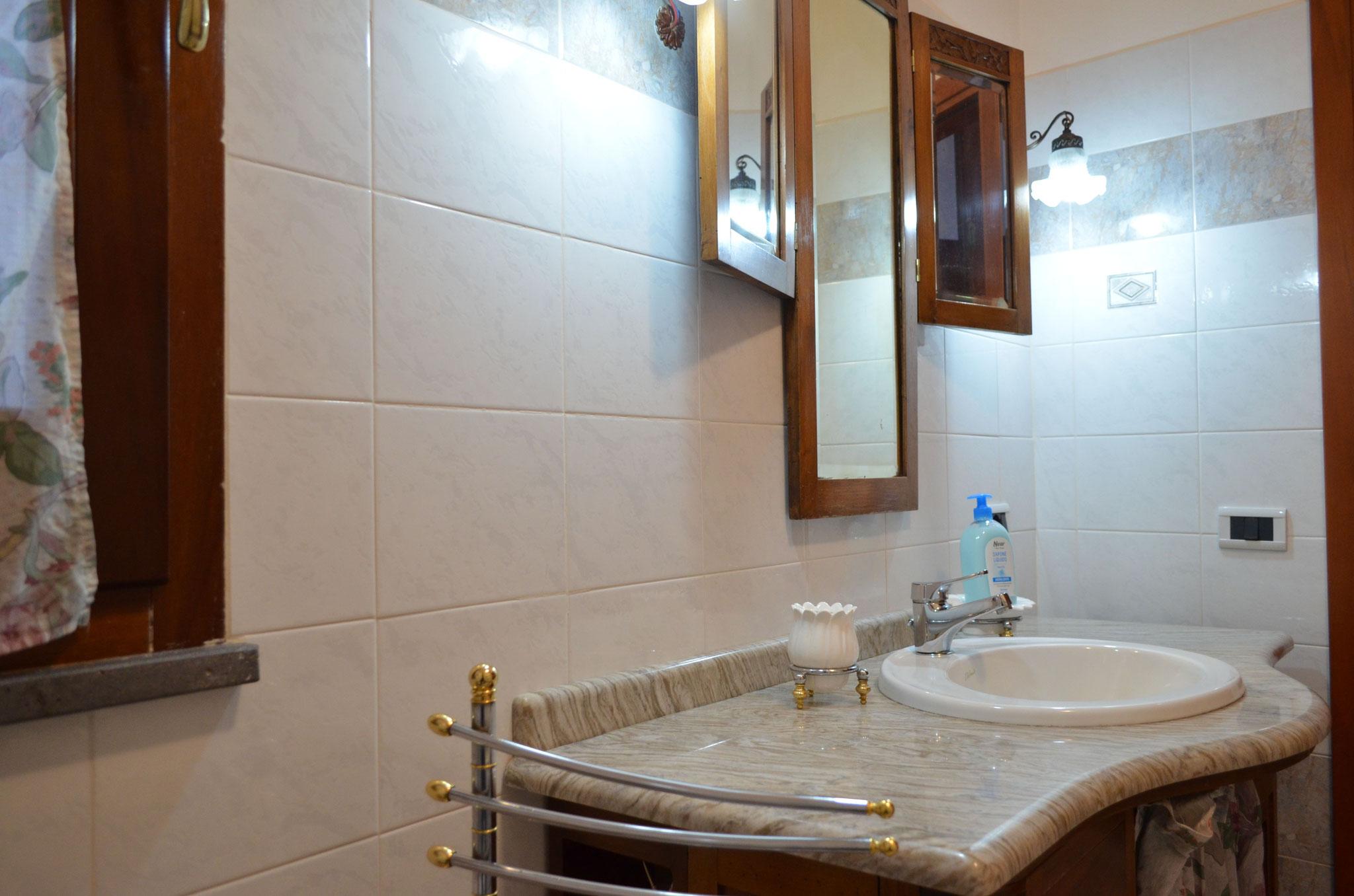 """Bagno in condivisione tra le camere """"Laguna"""" e """"Giardino"""""""