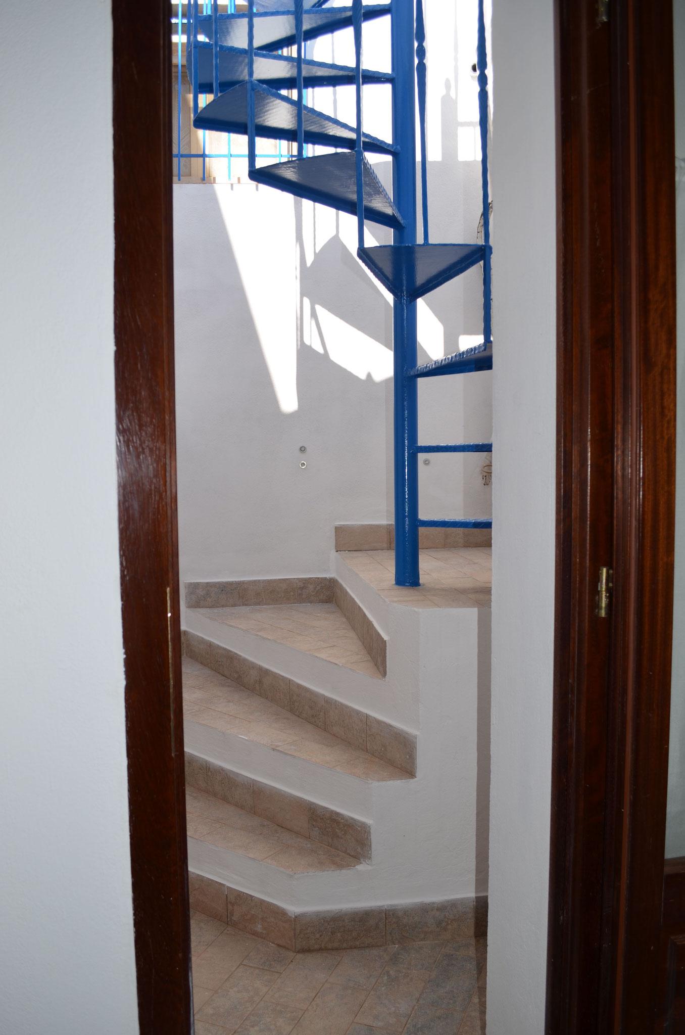 """Escalier en colimaçon pour atteindre le deuxième étage et rejoindre la chambre """"Le Belvédère"""""""