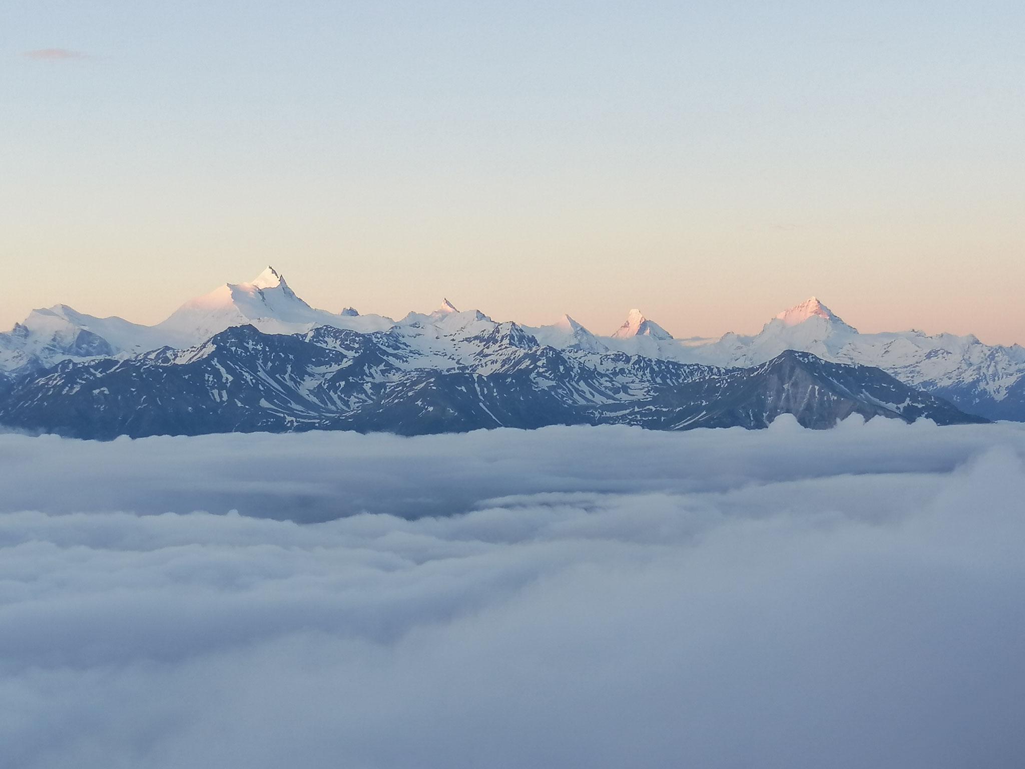 Morgenstimmung auf der Gemmi mit Blick über den Wolken zu den Walliser 4000-er