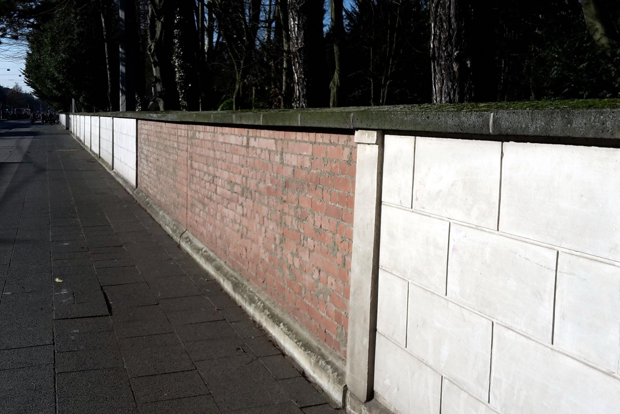Melaten-Führung - In der Friedhofsmauer der ehemalige Ausgang der Mechternstr.  auf die Aachenerstr.