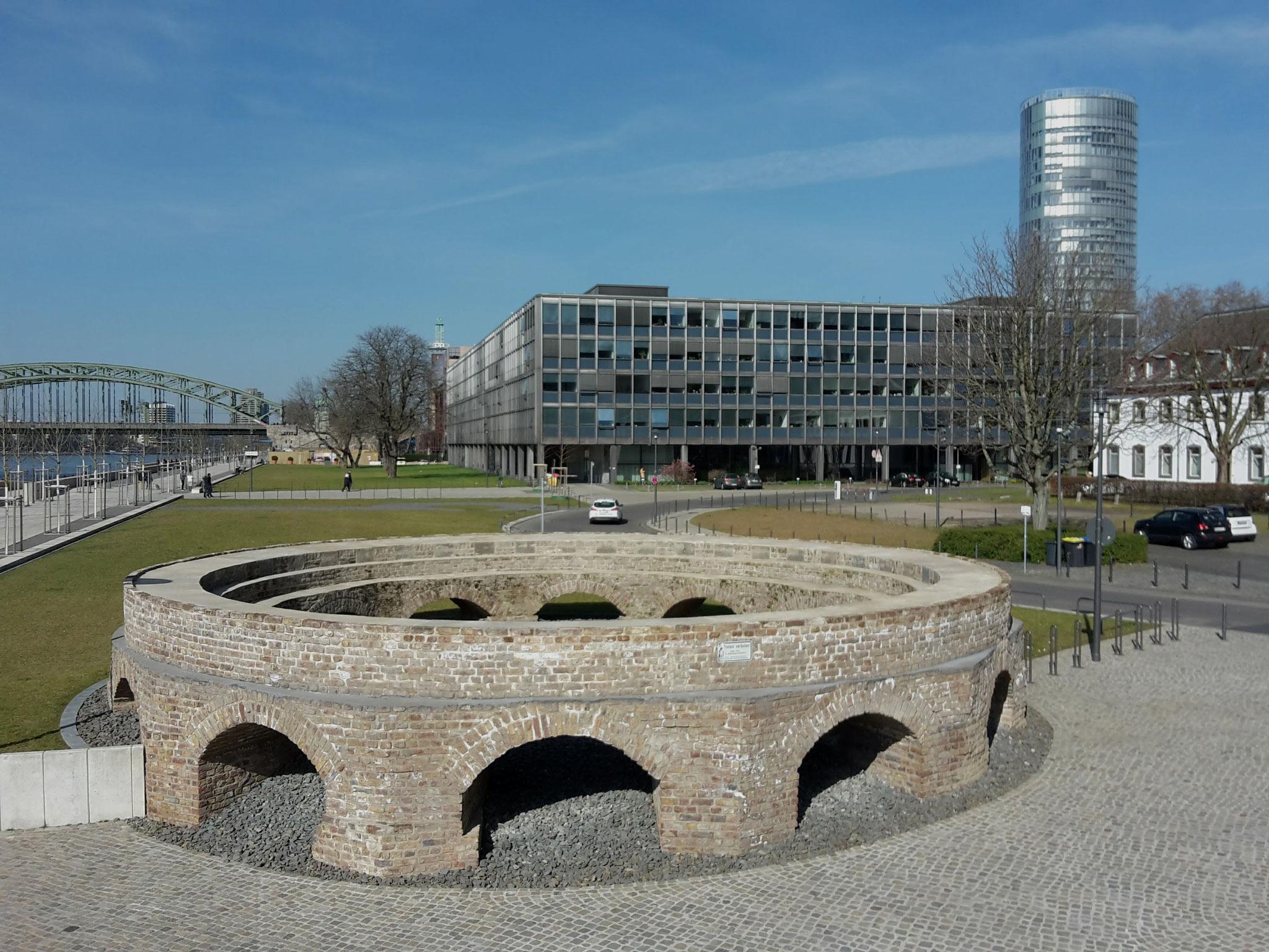 Preußen-Tour - Fundament der Drehscheibe der Bergisch-Märkischen-Eisenbahn (Ende 19. Jh.) am ehemaligen Bahnhof '(Deutz) Schiffbrücke'