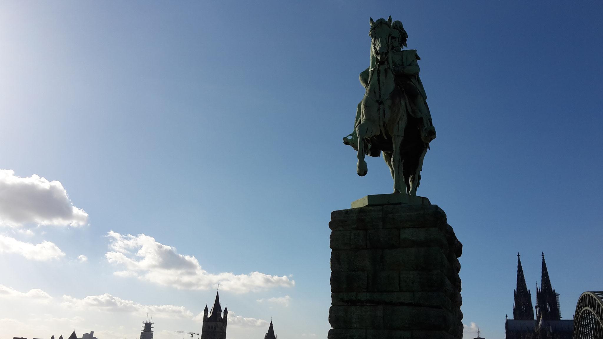 Preußen-Tour - Blick von Deutz am Reiterstandbild von Wilhelm I. (1867) vorbei auf den Kölner Dom, die Hohenzollernbrücke und die Altstadt