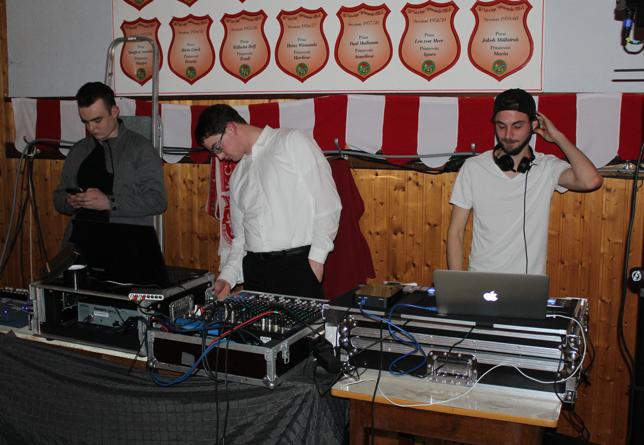 """Obwohl samstags auch diese """"Technigger"""" dabei waren. Rechts, der DJ, guter Mann! Und die Jungs am Licht: Schappoh!"""