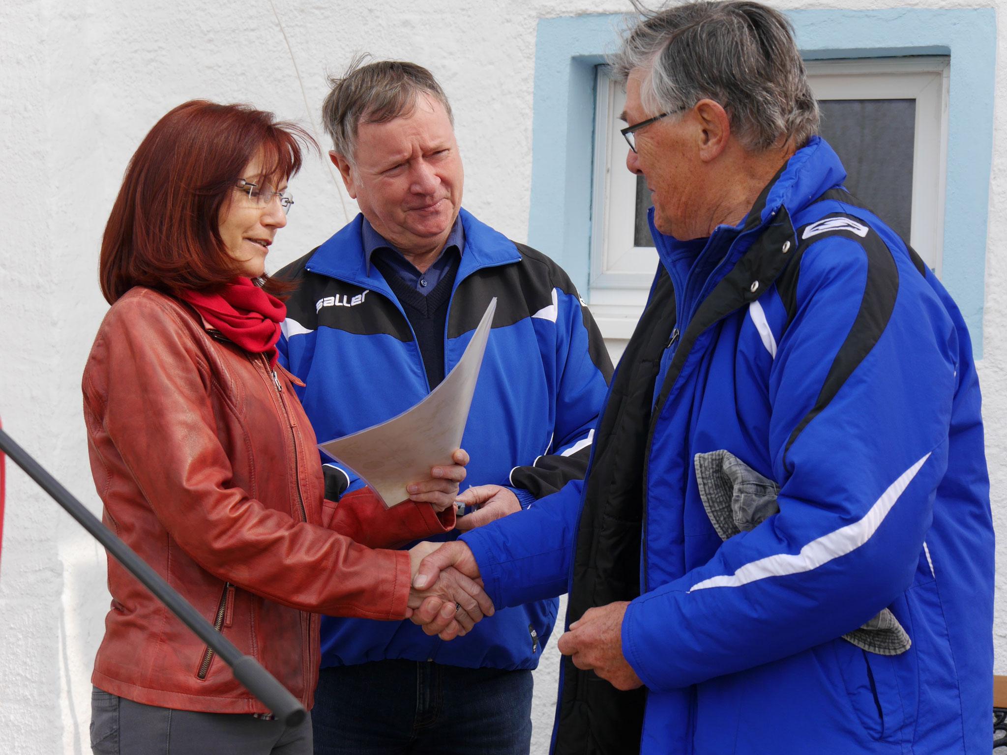 Überreicht wurde diese Ehrung durch Frau Andrea Stapel, Kreisjugendwart des Kreissportbundes Elbe-Elster.