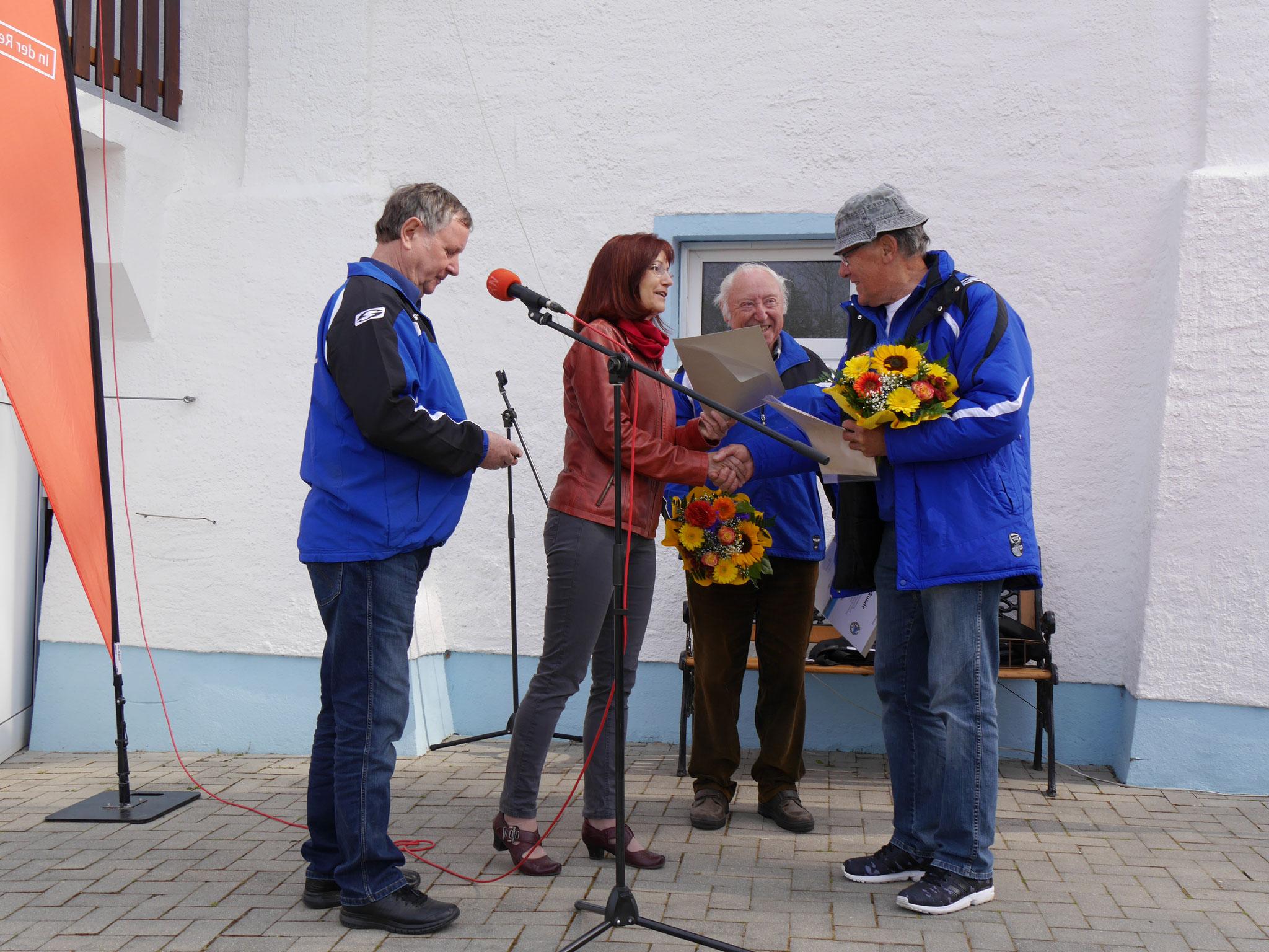 Doch damit nicht genug! Heinz Löbel erhielt die zweite Ehrung am heutigen Tag. Auch ihm wurde die Ehrenurkunde und Ehrennadel des Deutschen Ruderverbandes für die 50 jährige Mitgliedschaft durch Frau Andrea Stapel überreicht.