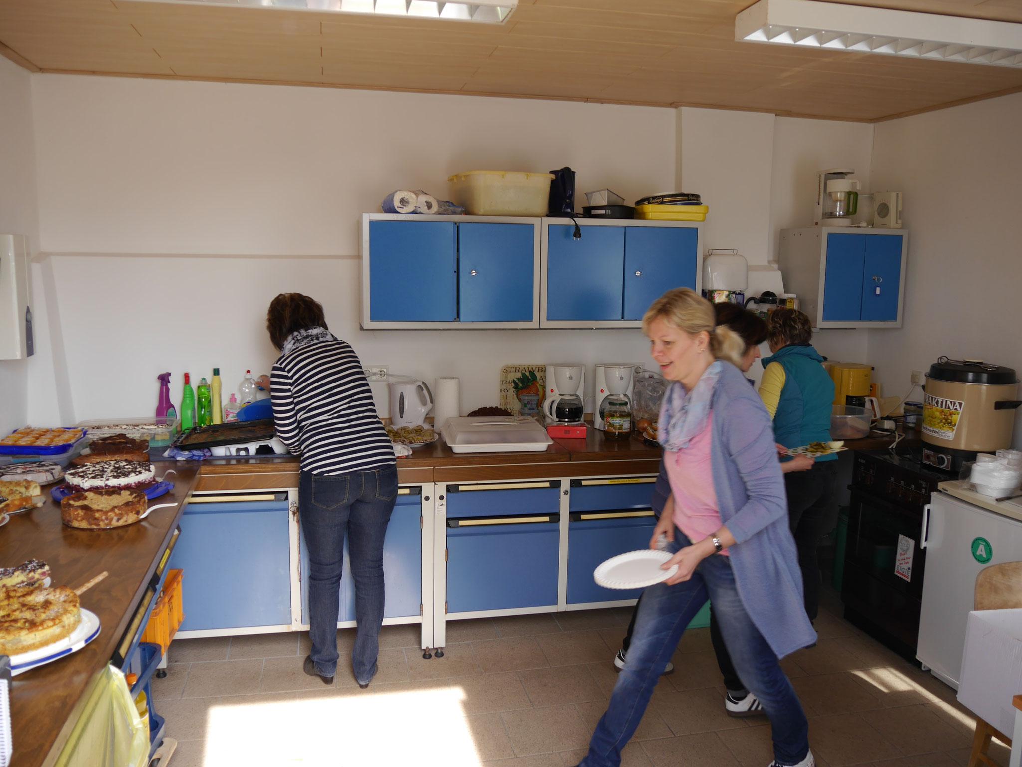 In der Küche wurde fleißig vorbereitet. Vielen Dank an die Kuchen-Bäckerinnen! Alles sah wieder sehr lecker aus!