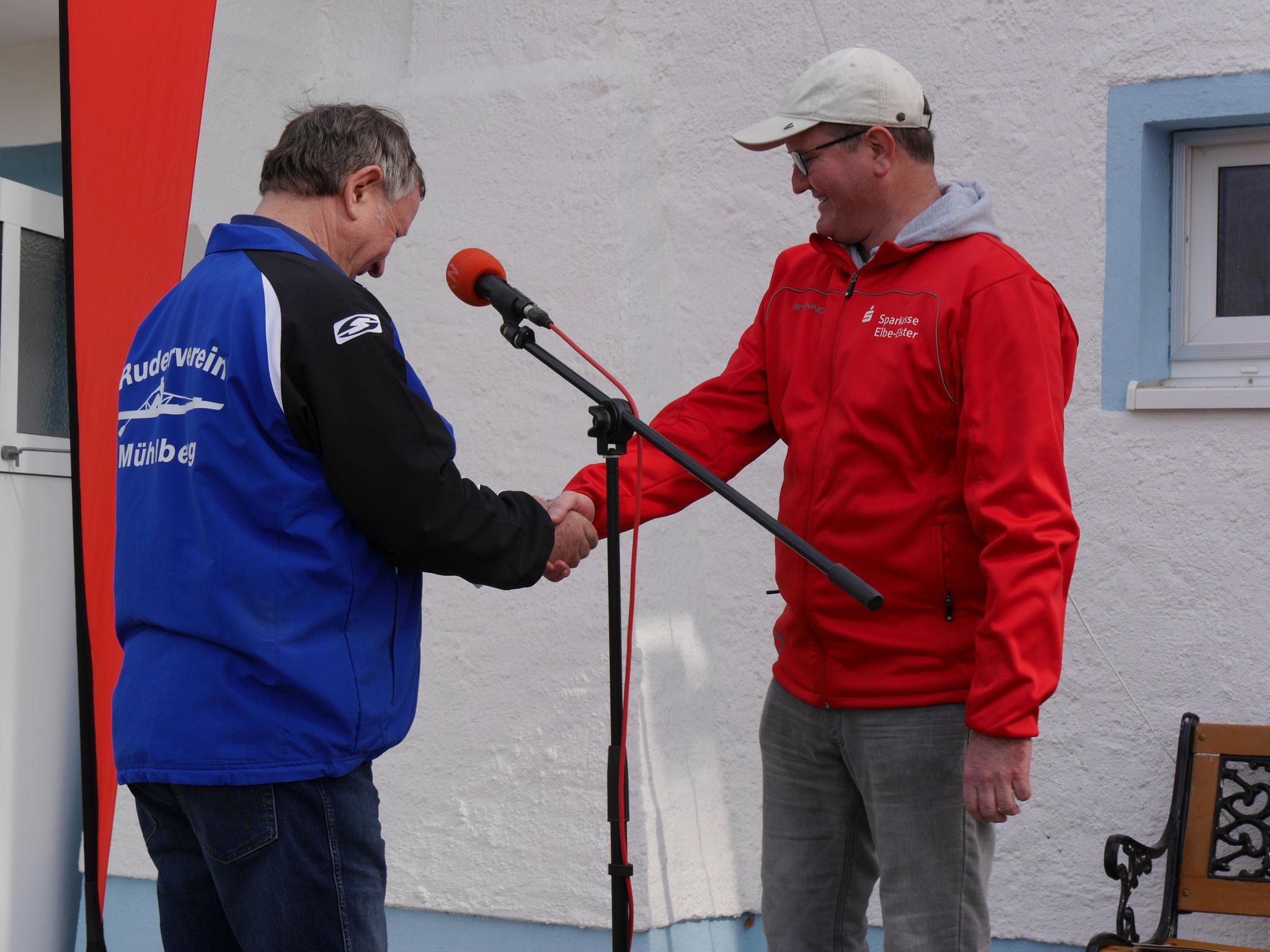 Matthias Lohfink richtete ein großes Dankeschön an Herrn Thomas Hettwer, einen Vertreter der Sparkasse Elbe-Elster.