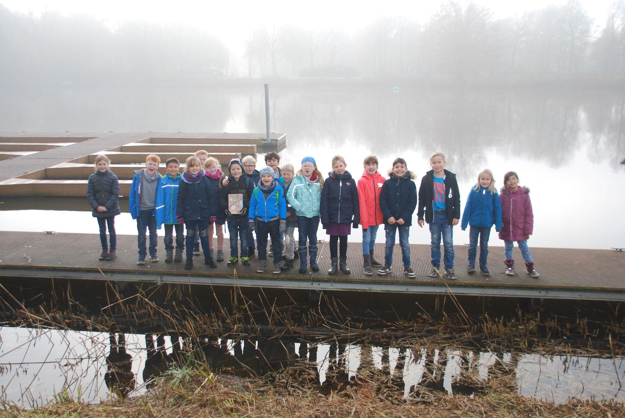 Laurentiusschüler der 3a auf dem Bootssteg am Emssee