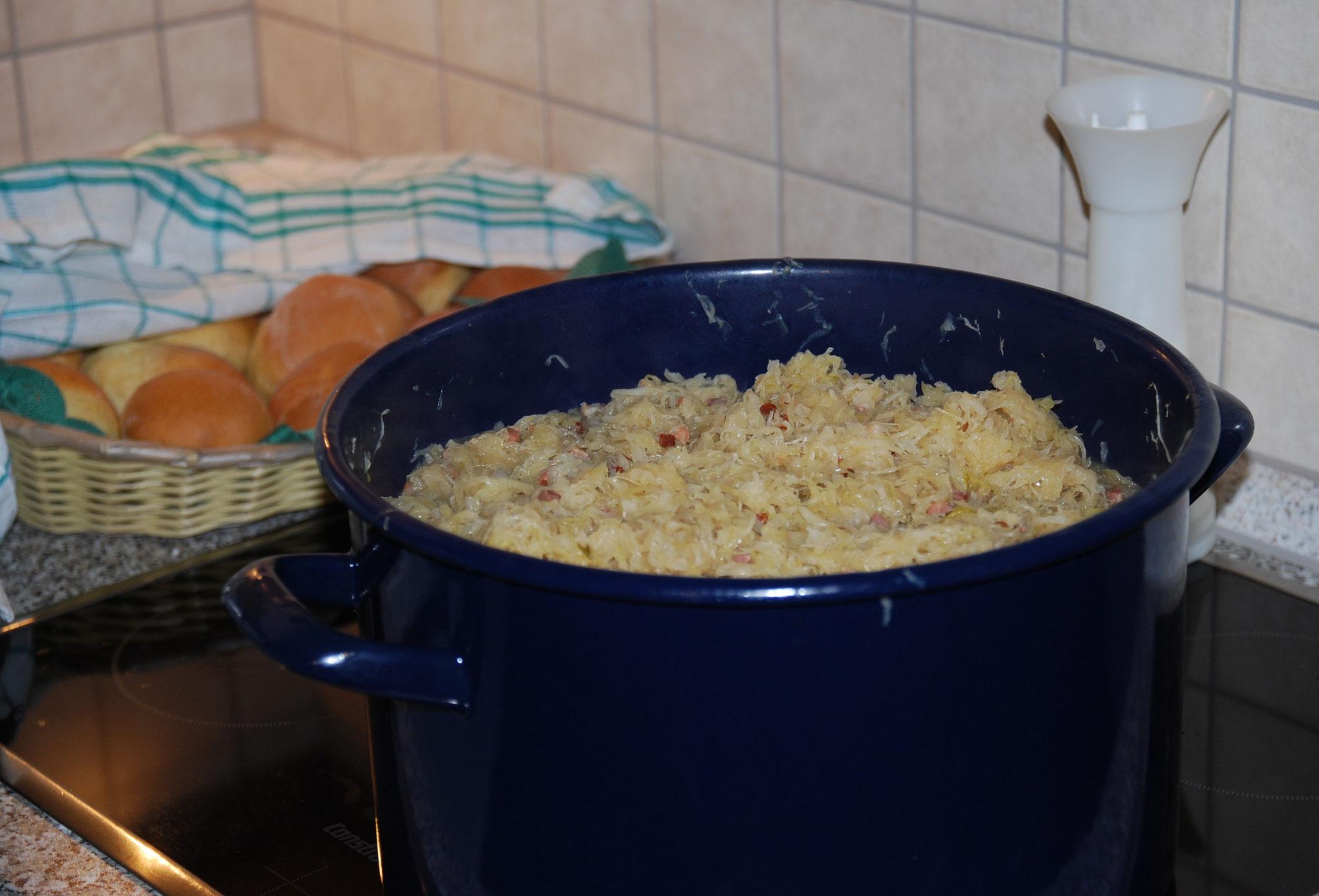 Bei der Ausstellungseröffnung wird passend zum Thema Sauerkraut angerichtet