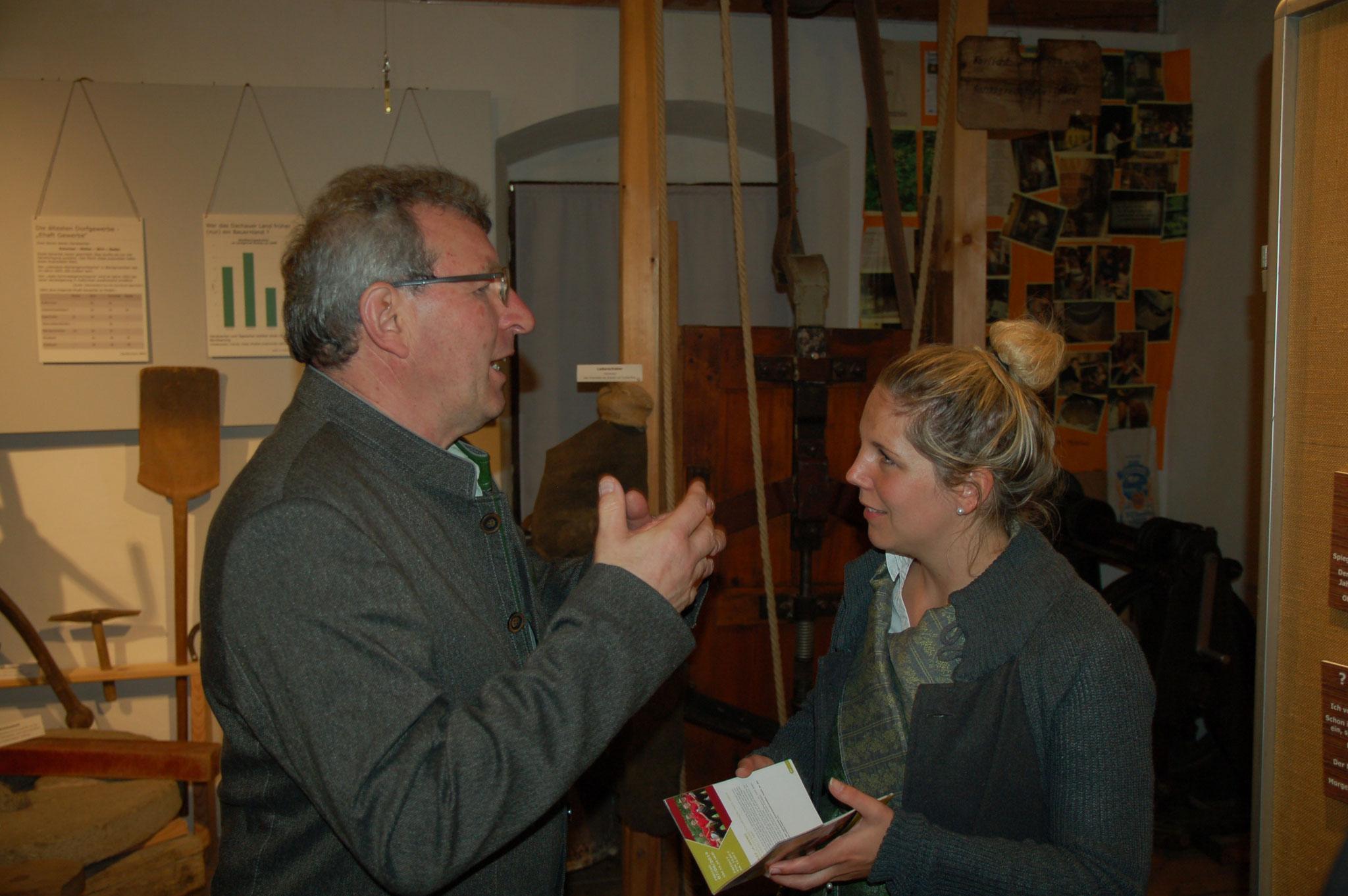 Ausstellungsmacher Martin Obermeier mit der Tourismusbeauftragten Julia Kiendl